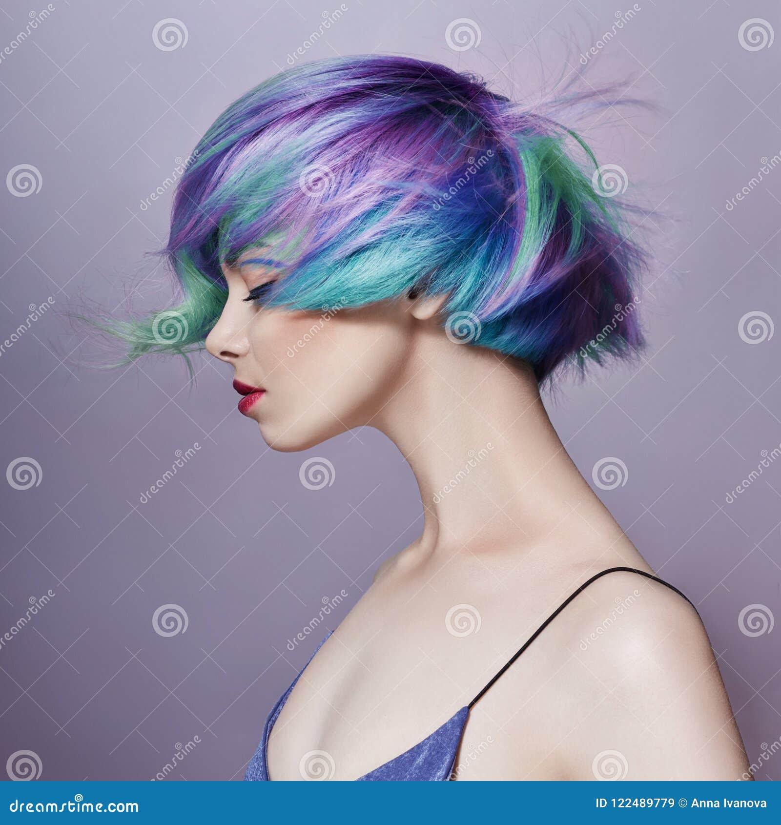 Portret kobieta z jaskrawym barwionym latającym włosy, wszystkie cienie purpury Włosiana kolorystyka, piękne wargi i makeup, hair