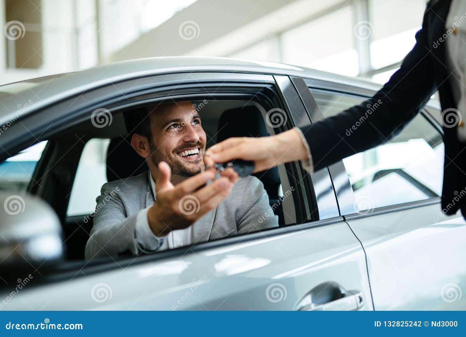 Portret kupuje nowego samochód szczęśliwy klient
