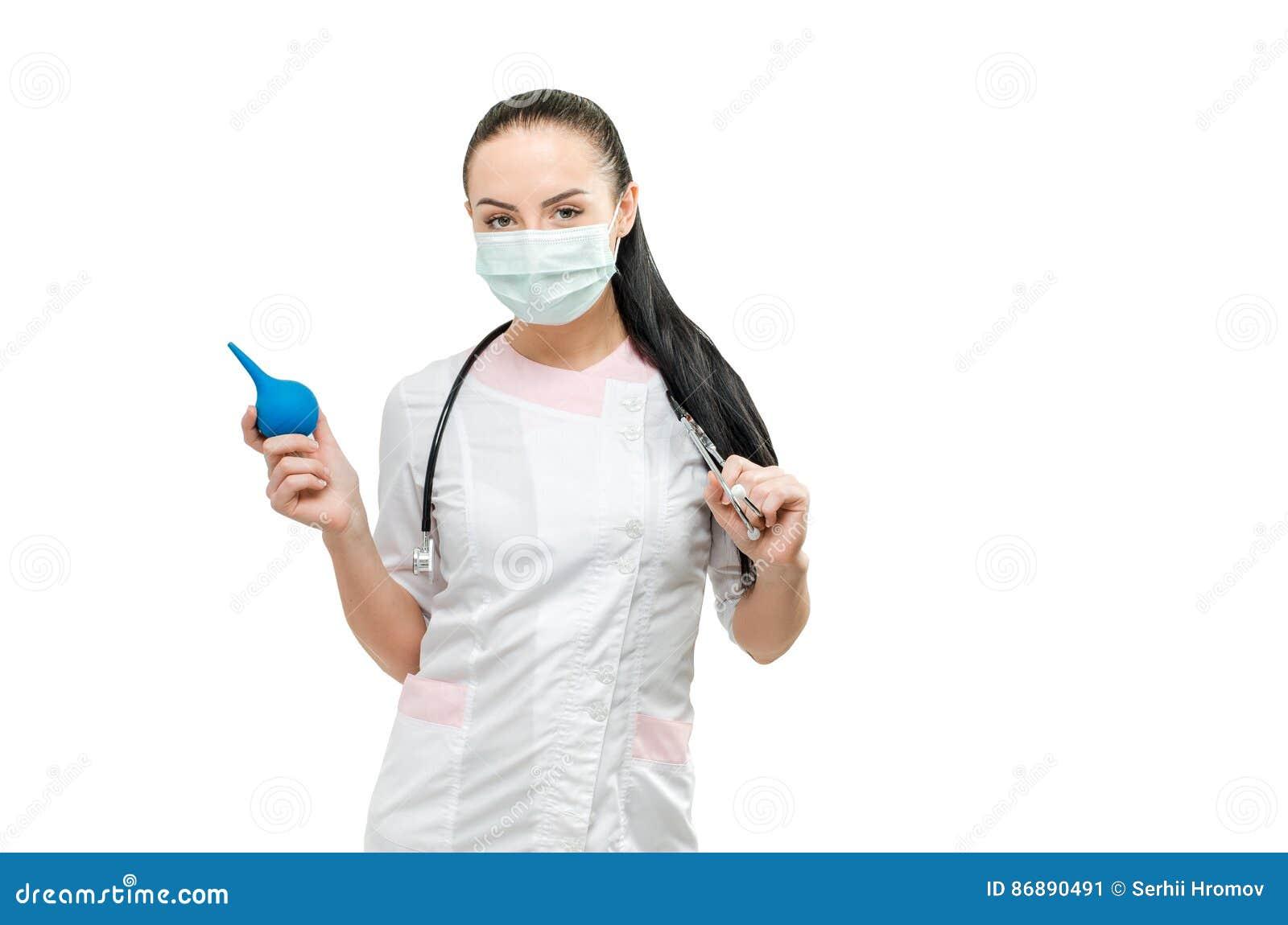 Portret lekarka i enema w ręce, odosobniony na białym tle