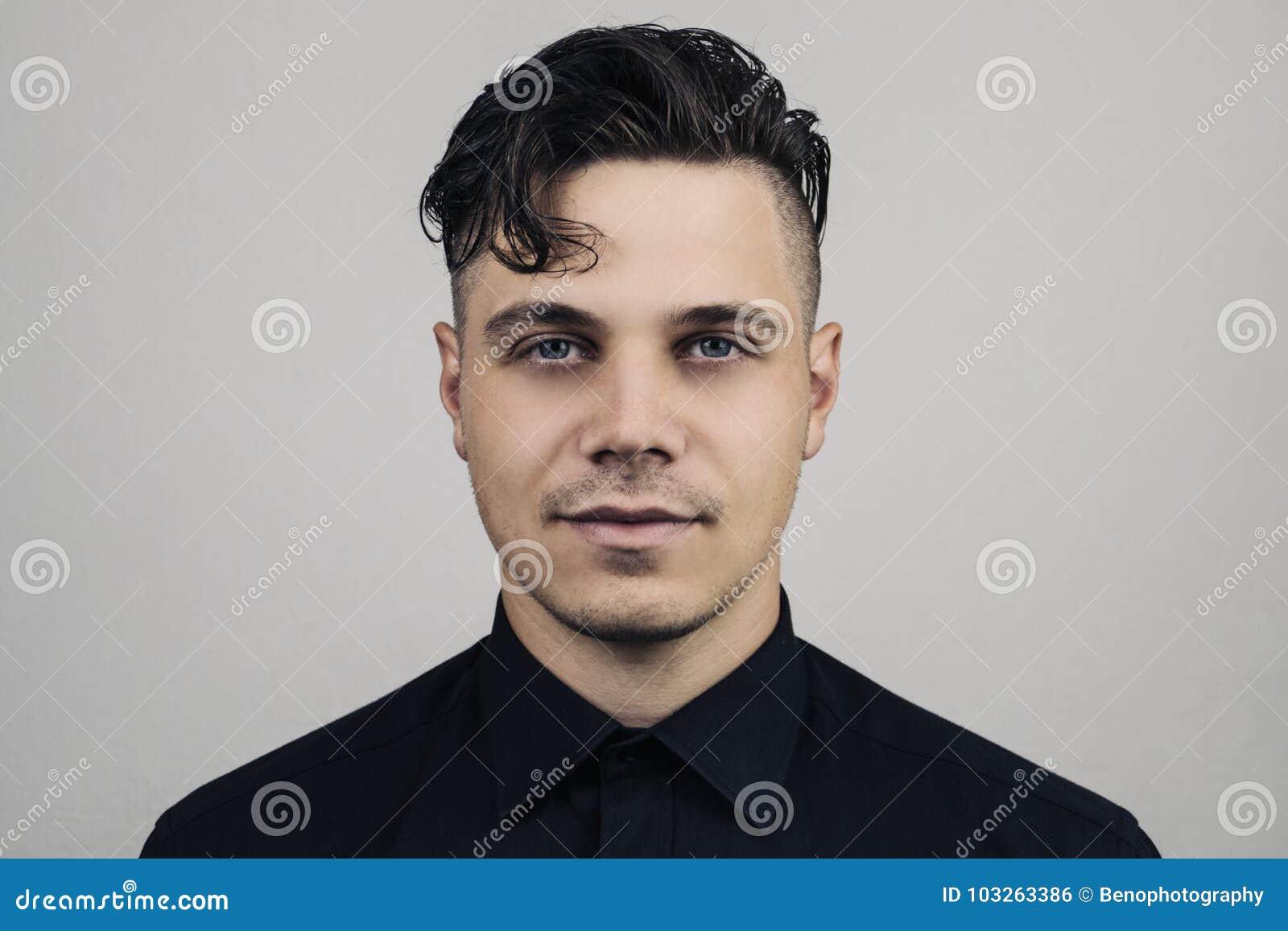 Portret mężczyzna w formalnej ubraniowej koszula i perfect czysta skóra na popielatym tle z studion światłem, Iluminujący portret