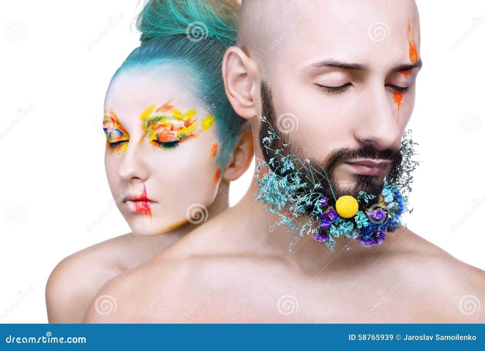 Portret mężczyzna z kreatywnie kolorowym makeup i kobieta