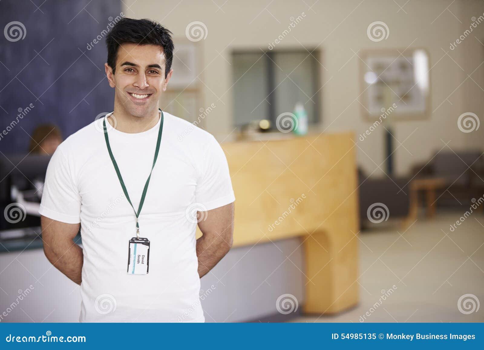 Portret Męski Physiotherapist W Szpitalnym przyjęciu