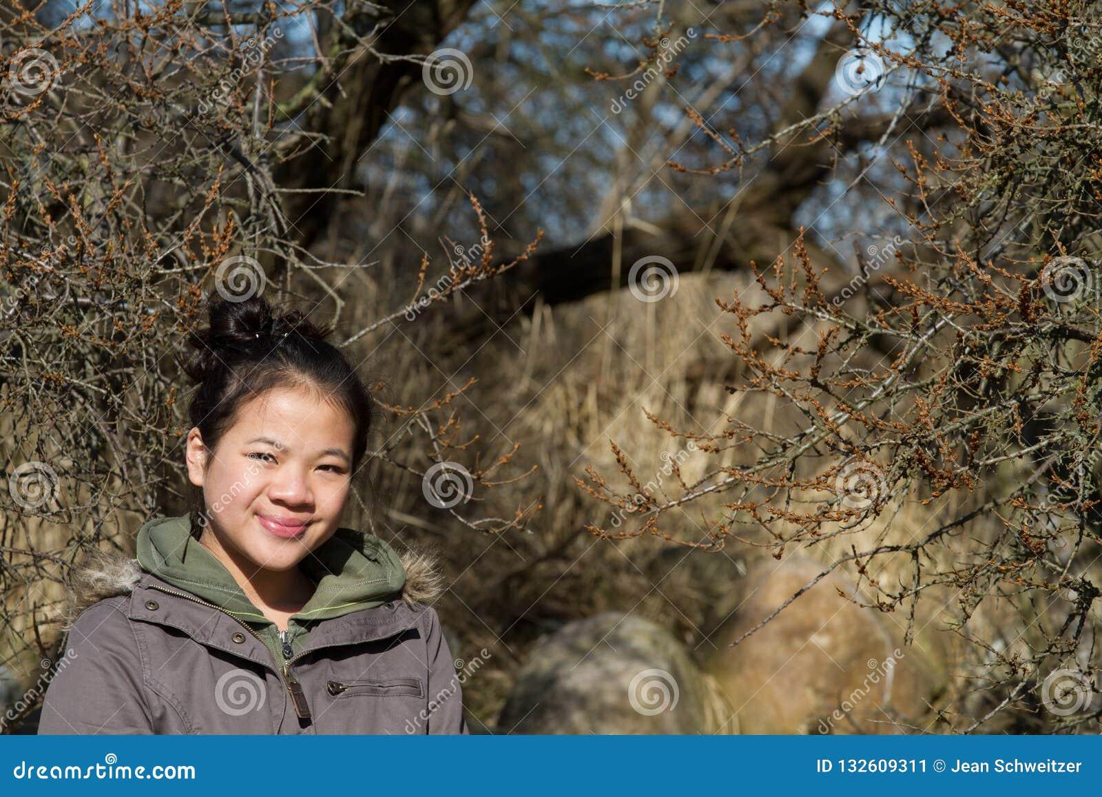 Portret młoda śliczna dziewczyna patrzeje kamerę