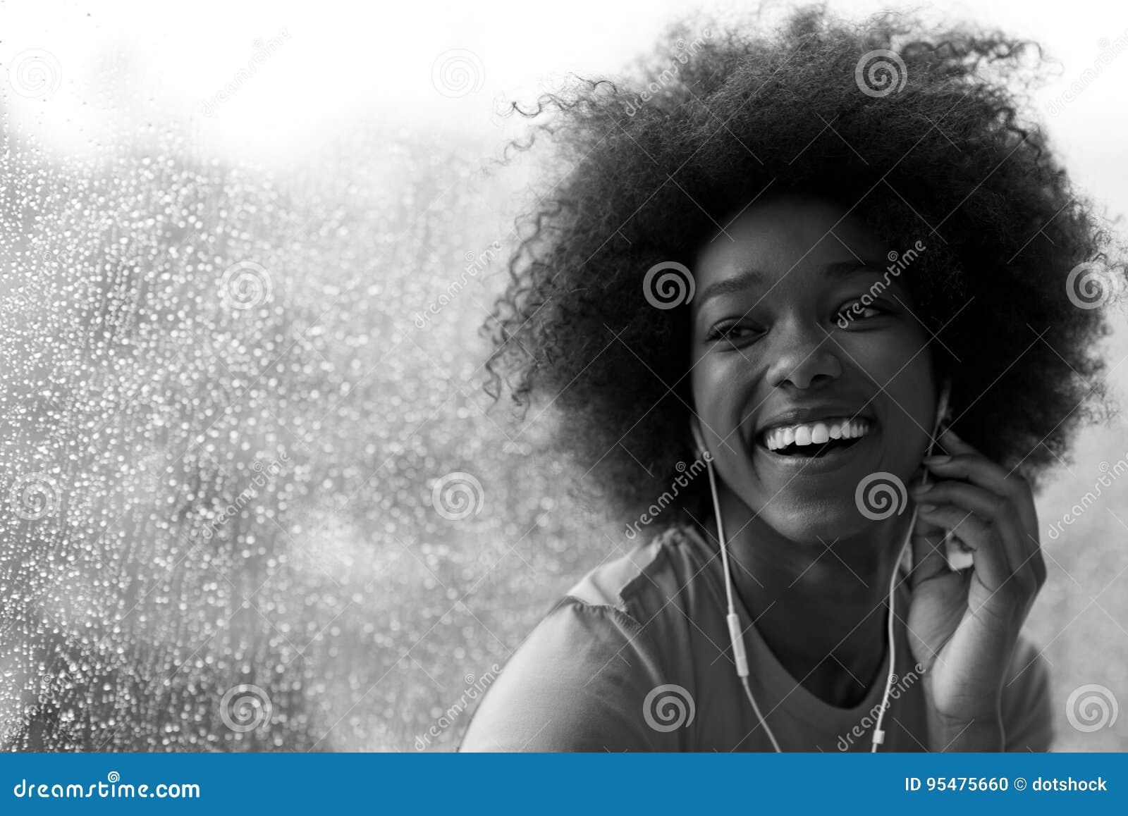 Portret młoda afro amerykańska kobieta w gym podczas gdy słuchający mus