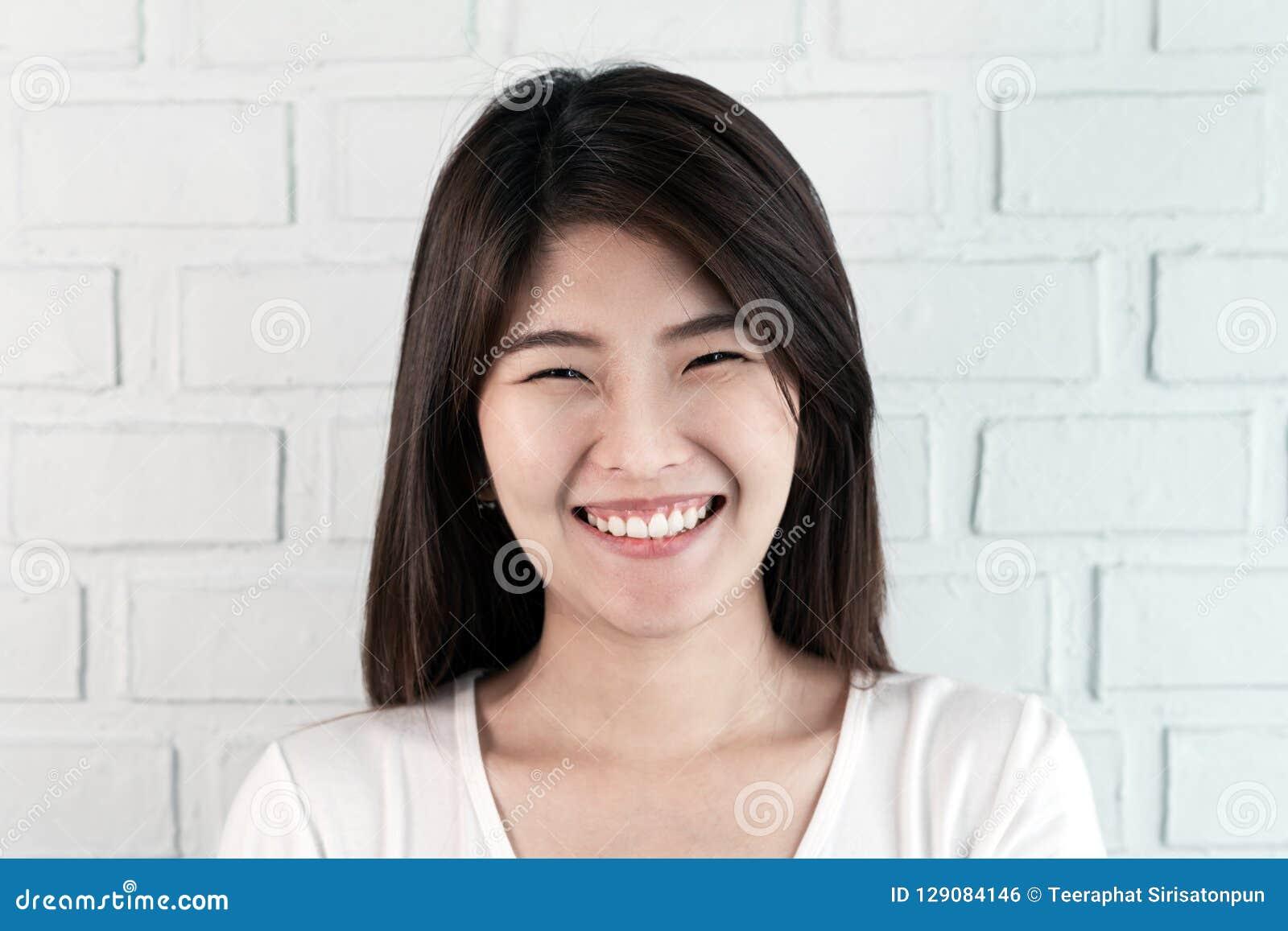 Portret młoda atrakcyjna azjatykcia brunetki kobieta patrzeje kamerę ono uśmiecha się z ufnym i pozytywnym stylu życia pojęciem n