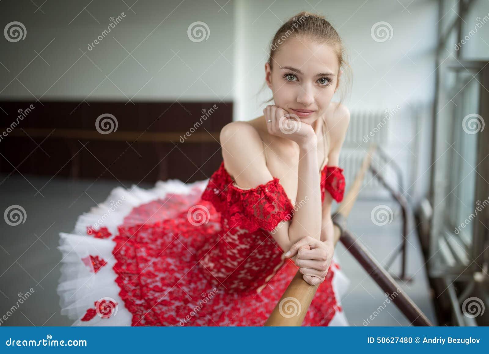 Portret młoda balerina z pięknym uśmiechem Model