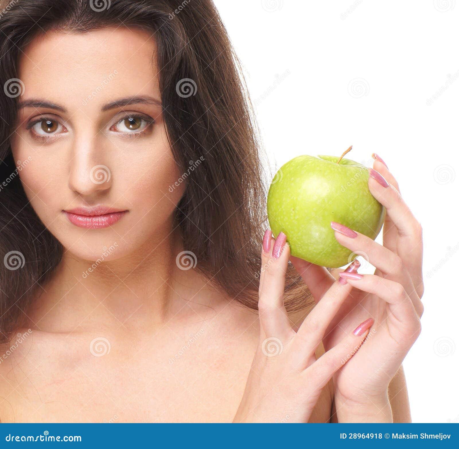 Portret młoda brunetka trzyma jabłka