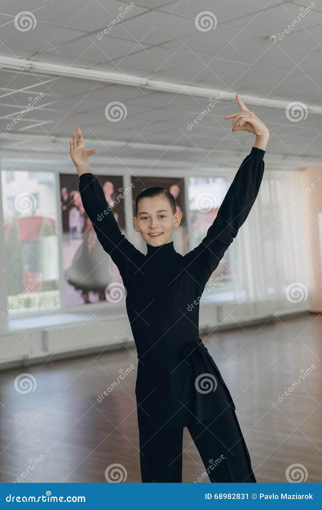 Portret młoda chłopiec która angażuje w tanu