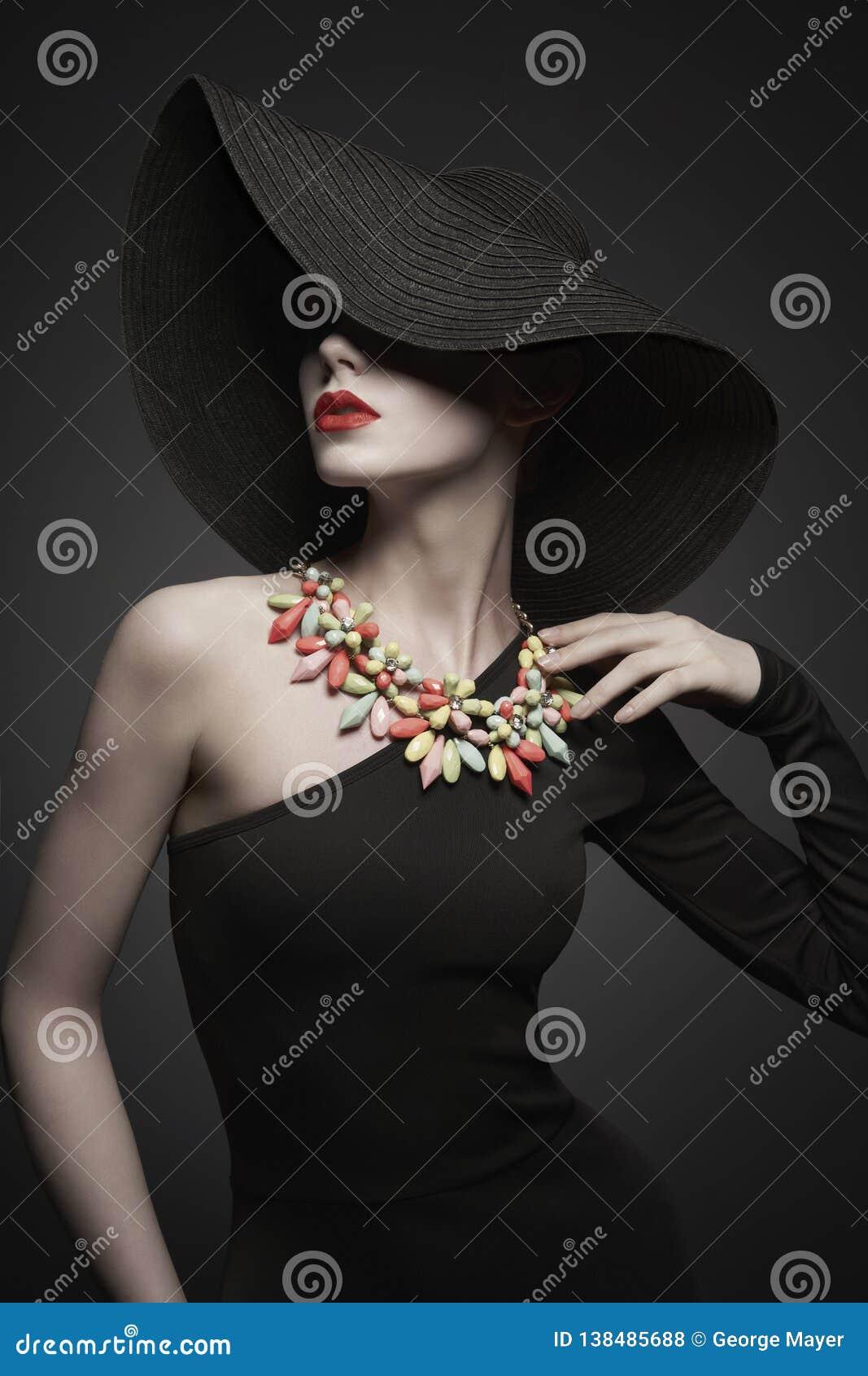 Portret młoda dama z czarnym kapeluszem i wieczór suknią