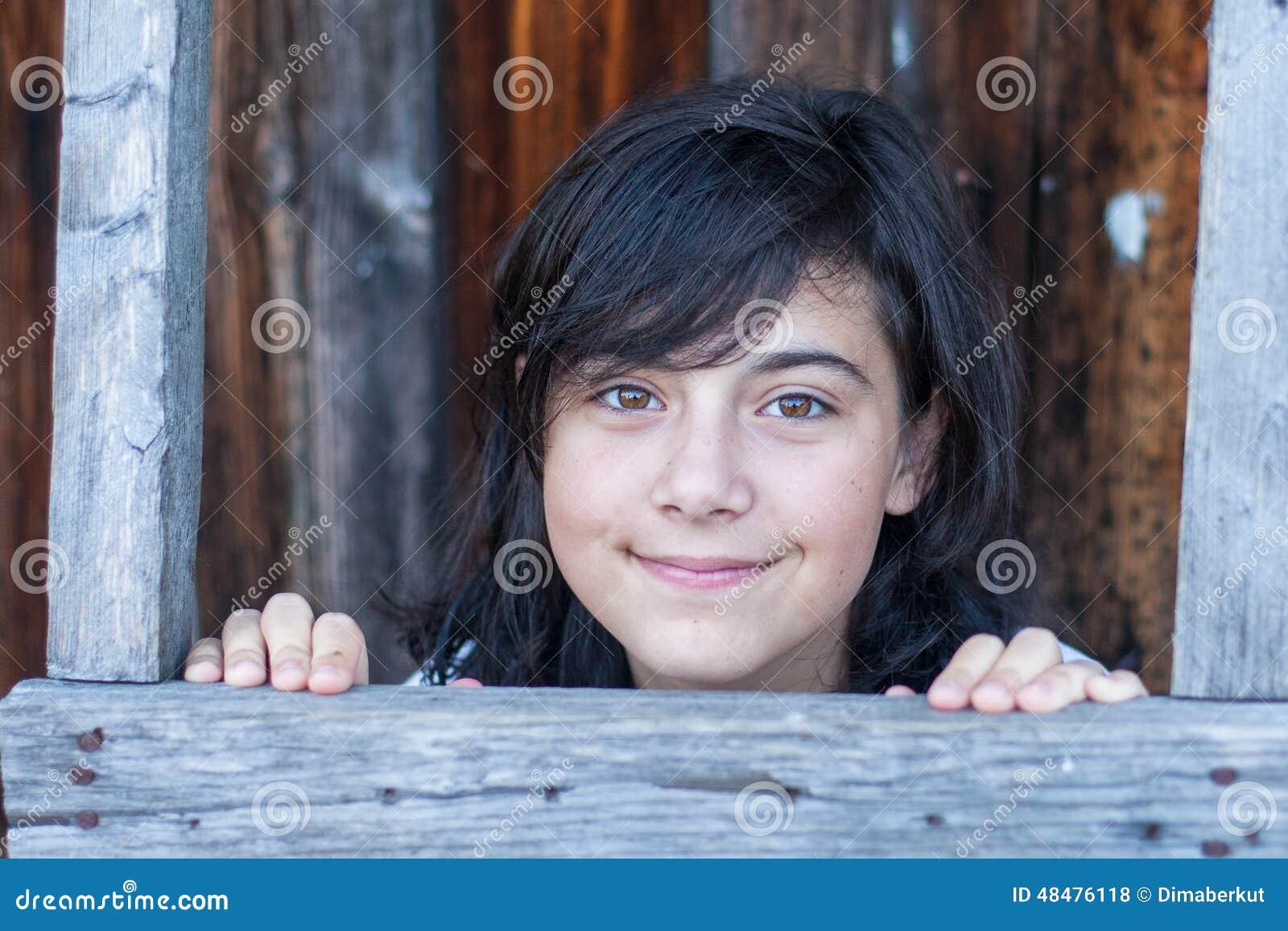 Portret młoda dziewczyna w wiosce