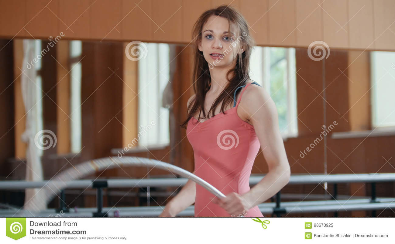 Portret młoda gimnastyczki dziewczyna z gimnastycznym obręczem