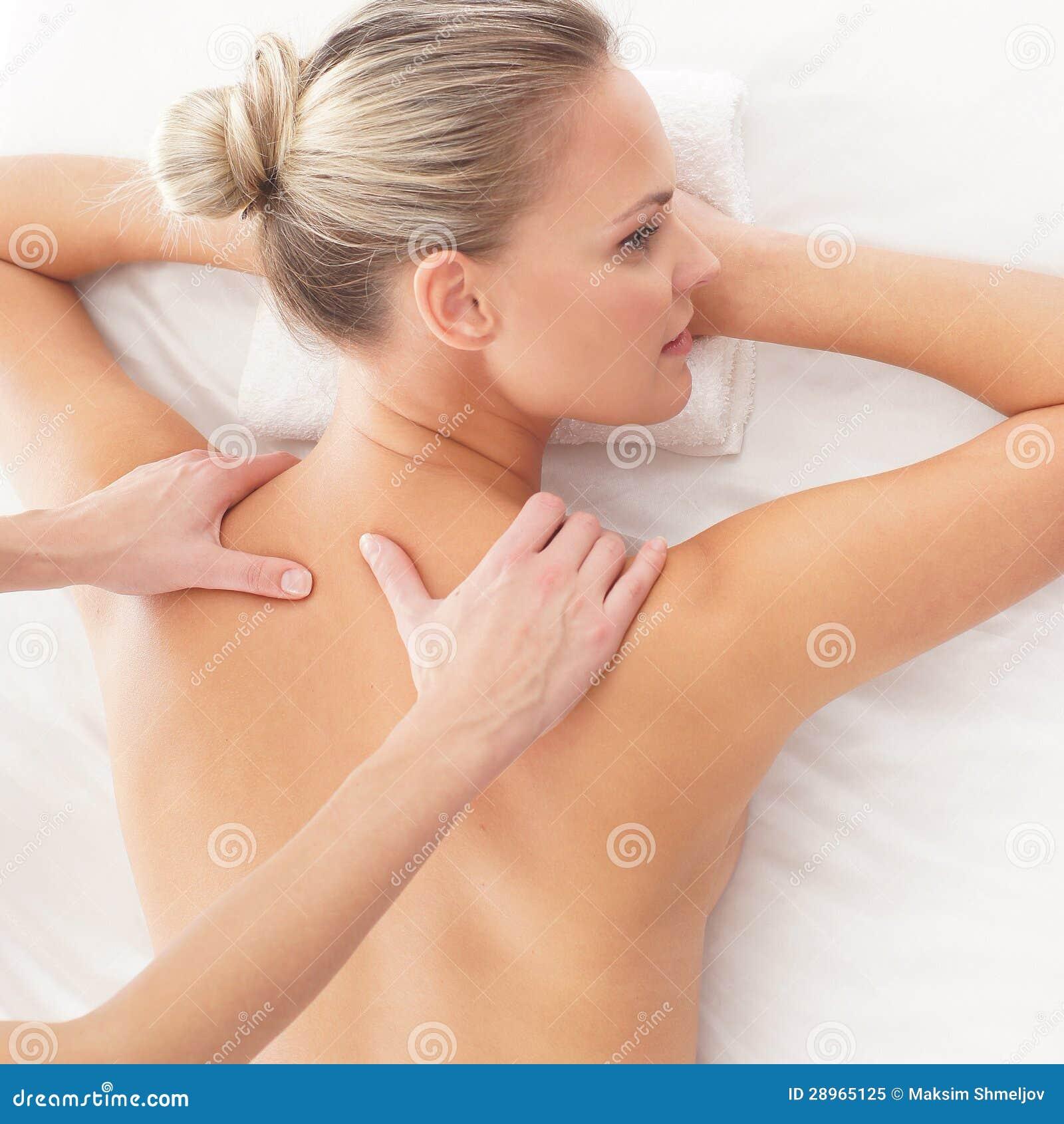Portret młoda kobieta kłaść na masażu