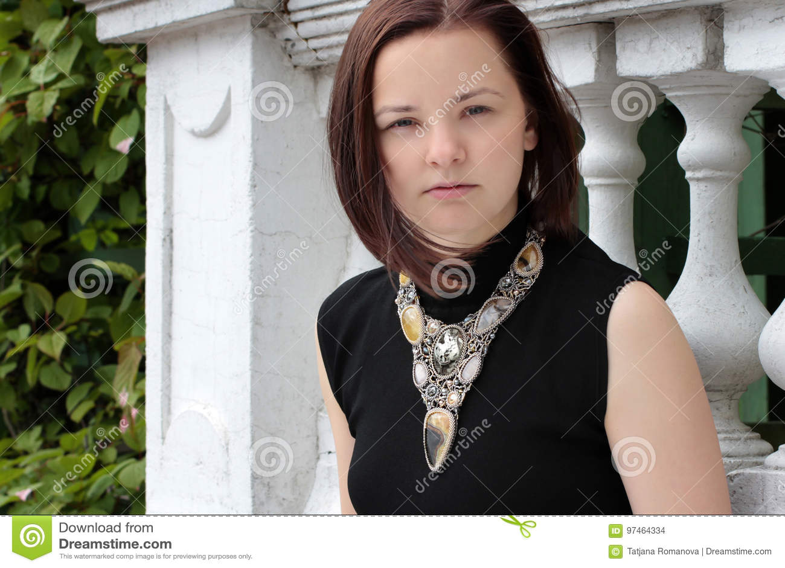 Portret młoda kobieta na ulicie