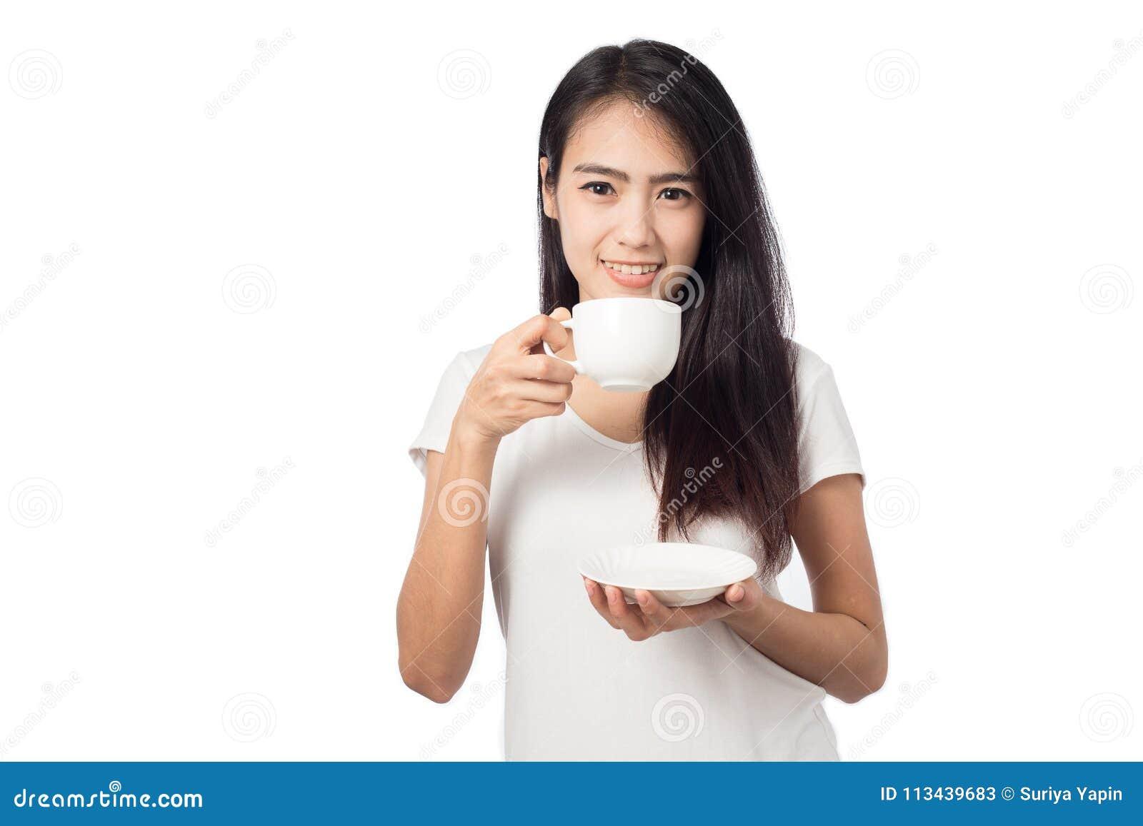 Portret młoda kobieta trzyma białą filiżankę