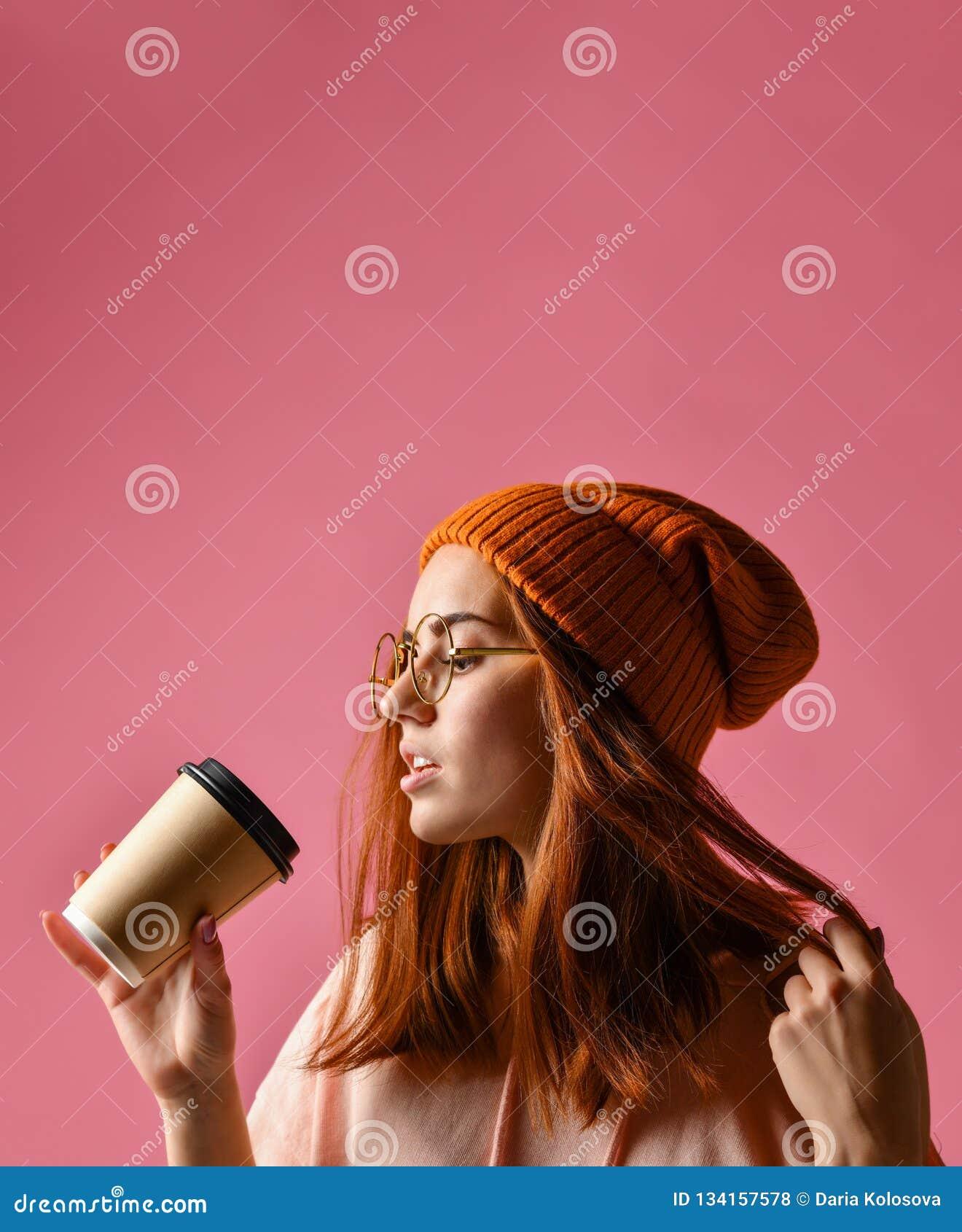 Portret młoda kobieta w zimy sukiennej pije kawie