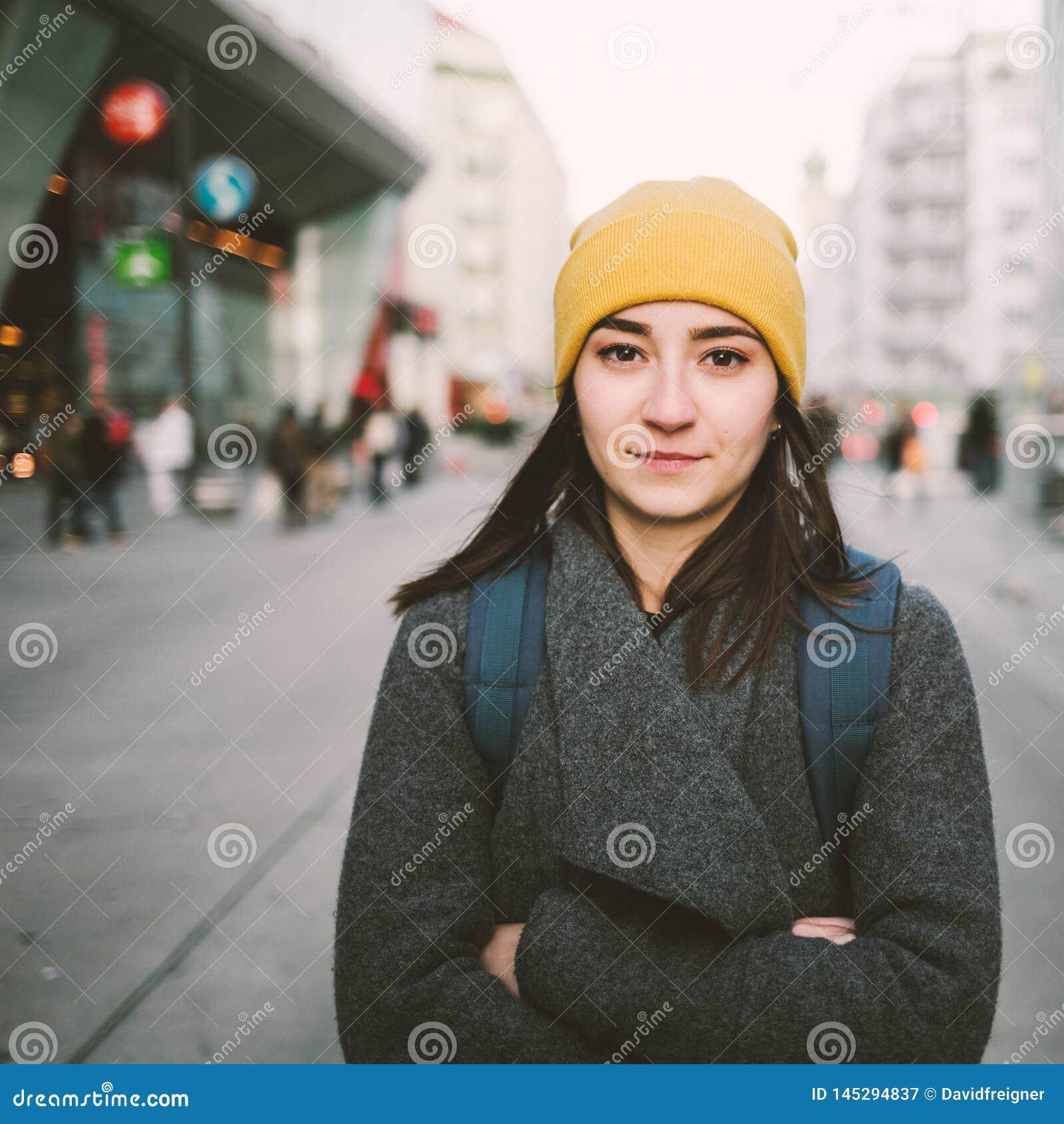 Portret młoda kobieta z fałdowymi rękami