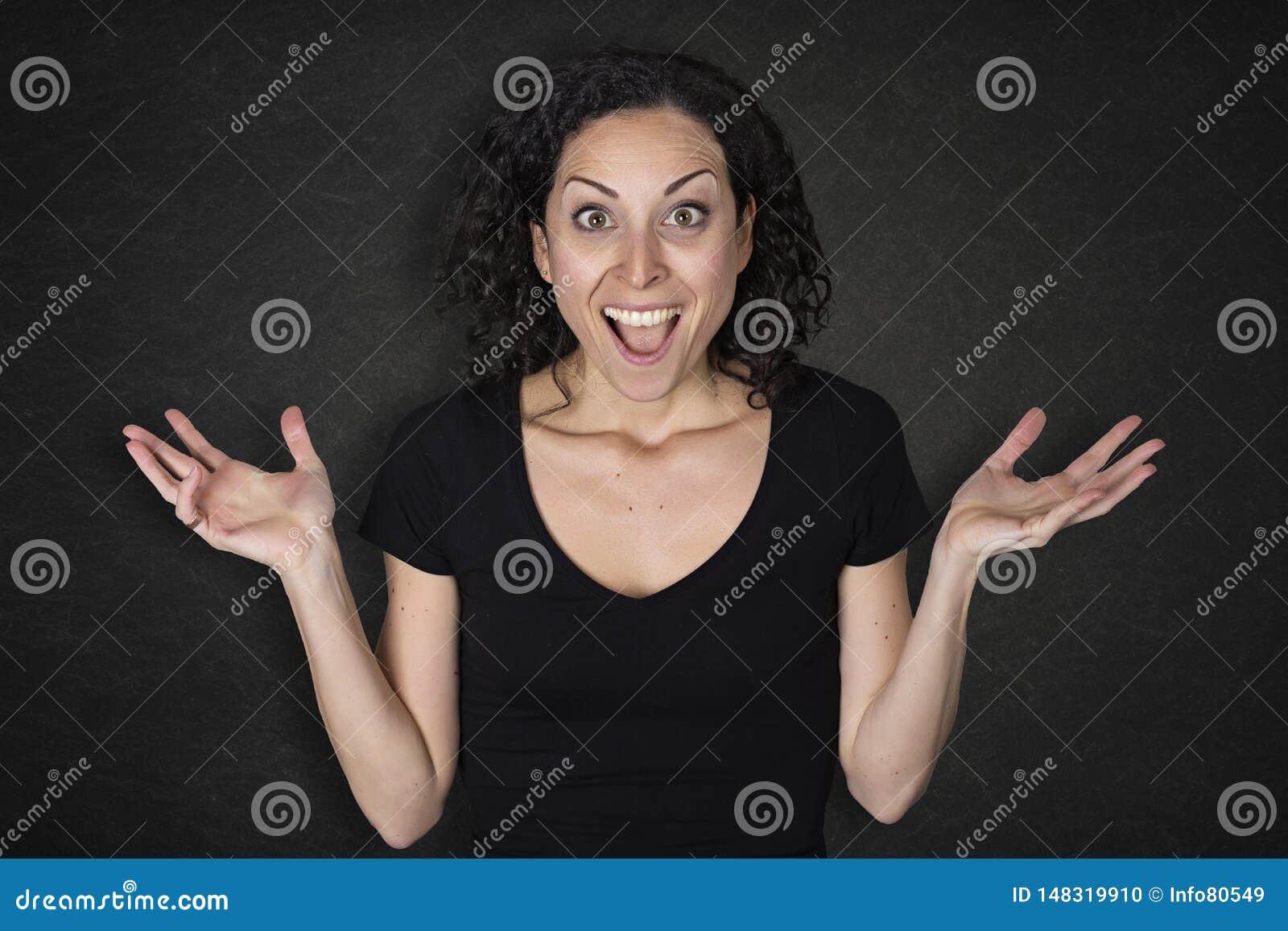 Portret młoda kobieta z niespodzianki wyrażeniem