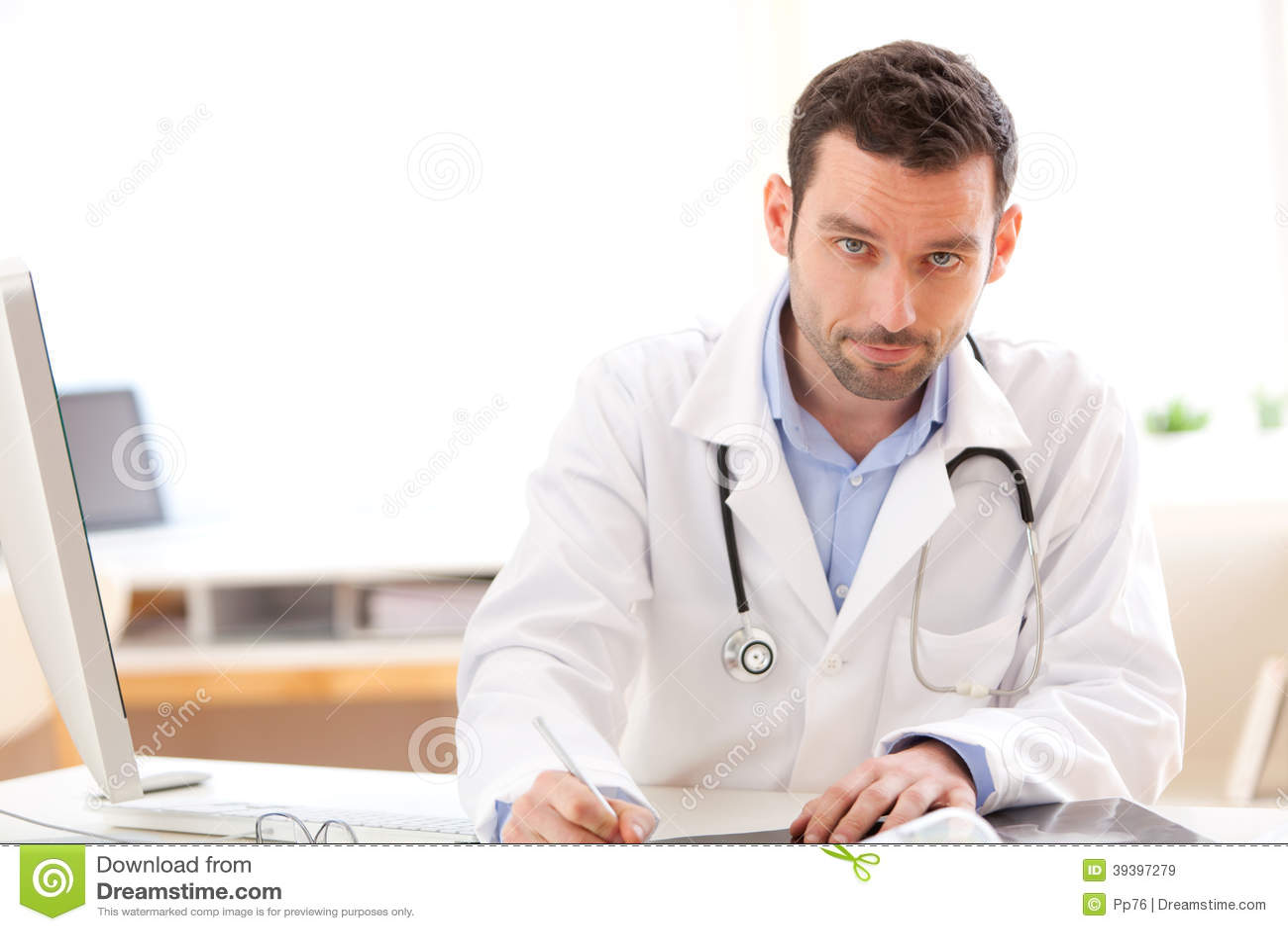 Portret młoda lekarka analizuje prześwietlenie
