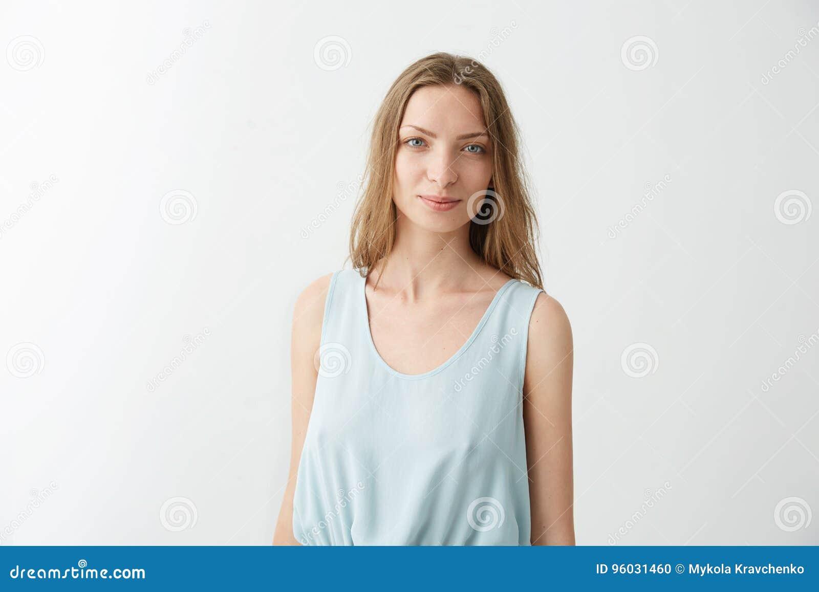 Portret młoda piękna ładna dziewczyna ono uśmiecha się patrzejący kamerę nad białym tłem