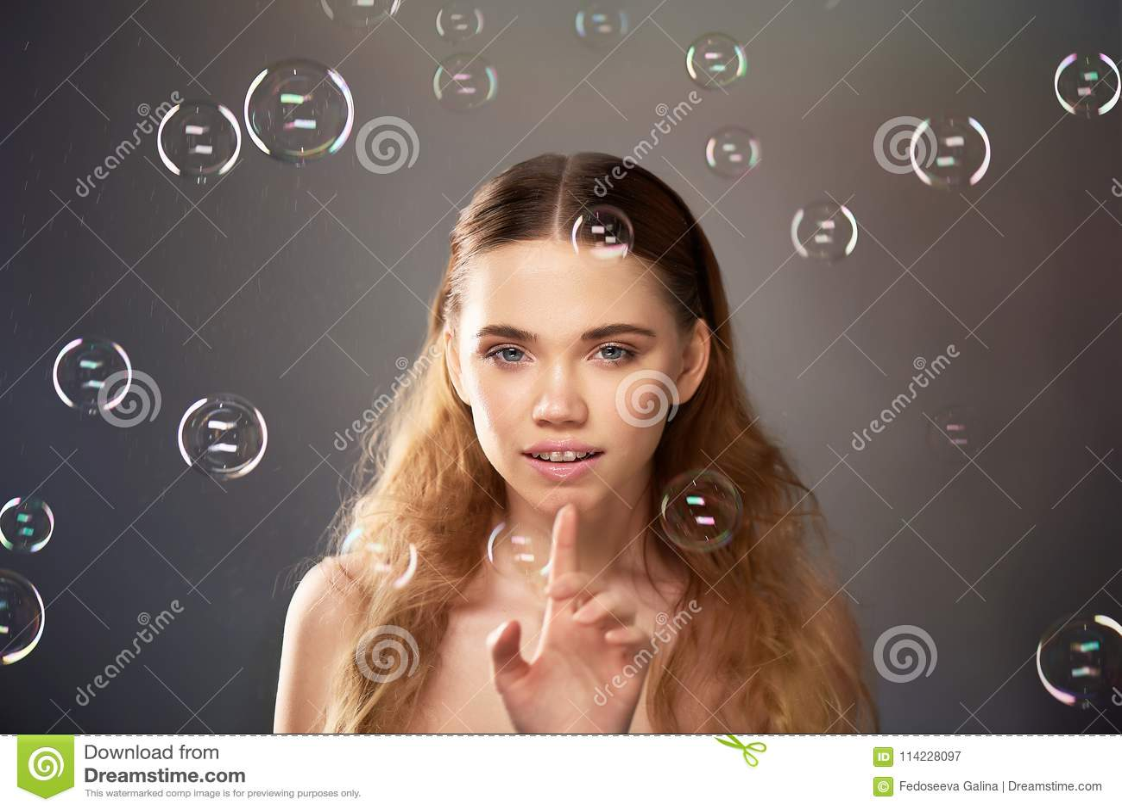 Portret młoda piękna dziewczyna w studiu, z fachowym makeup Piękno strzelanina bąbel Atmosfera lekkość