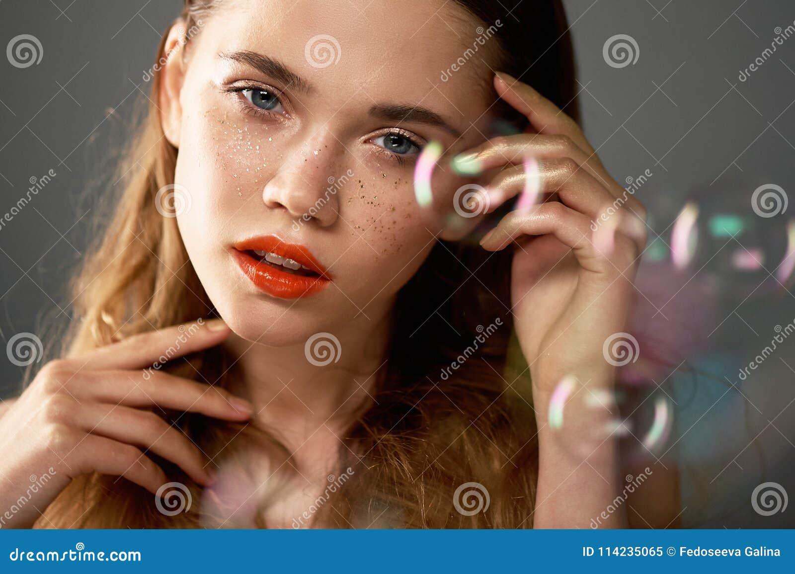 Portret młoda piękna dziewczyna w studiu, z fachowym makeup Piękno strzelanina Piękno mydlani bąble _
