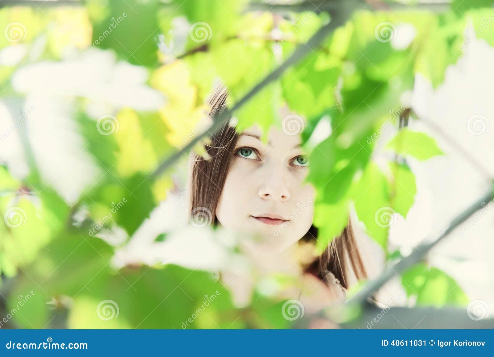 Portret młoda piękna dziewczyna w ulistnieniu