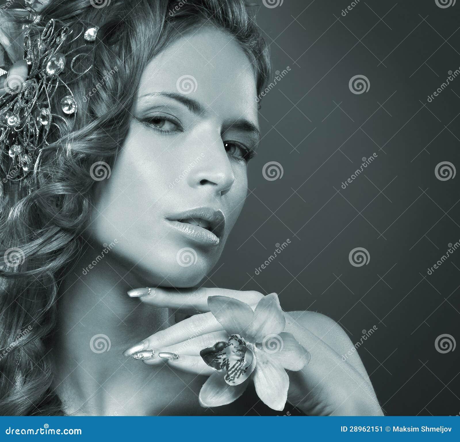 Portret młoda rudzielec kobieta w pięknych kwiatach