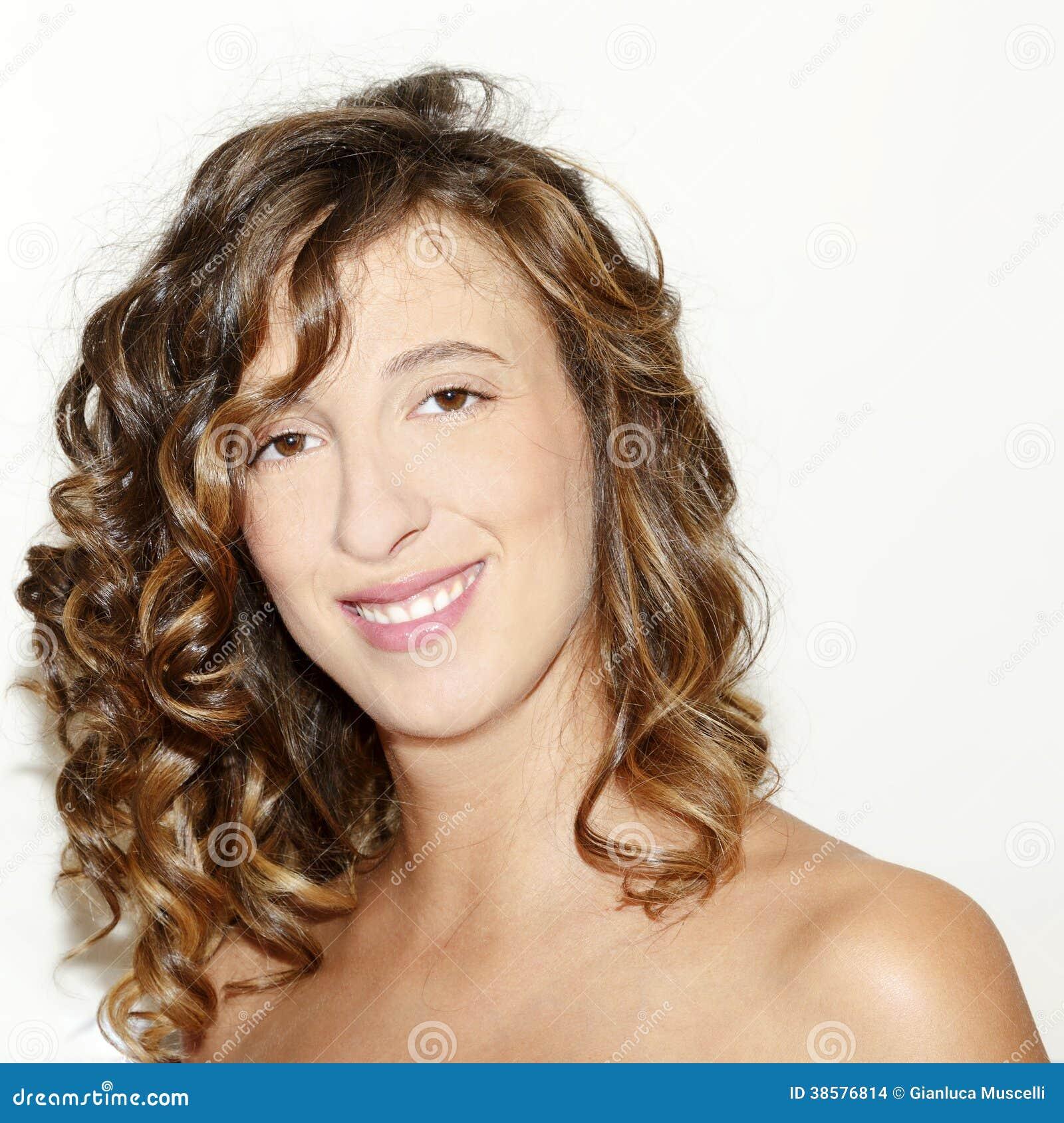 Portret młoda uśmiechnięta brunetki kobieta
