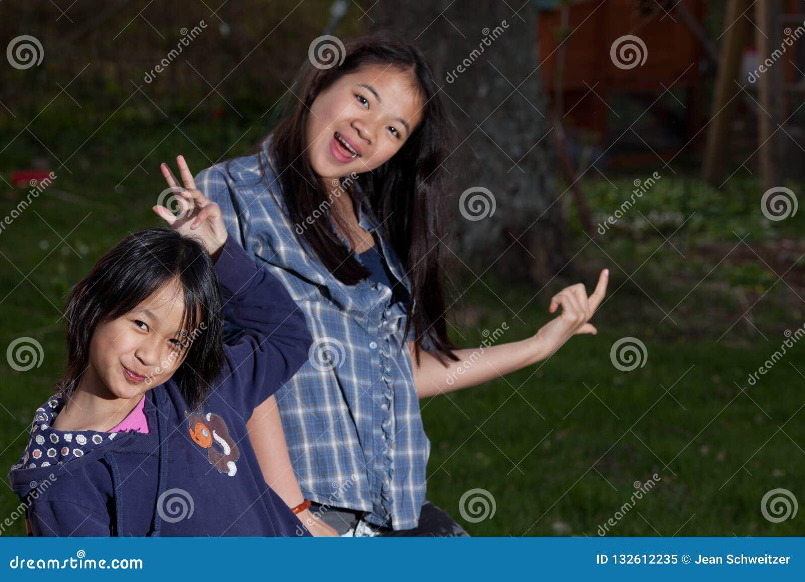 Portret młode siostry patrzeje kamerę