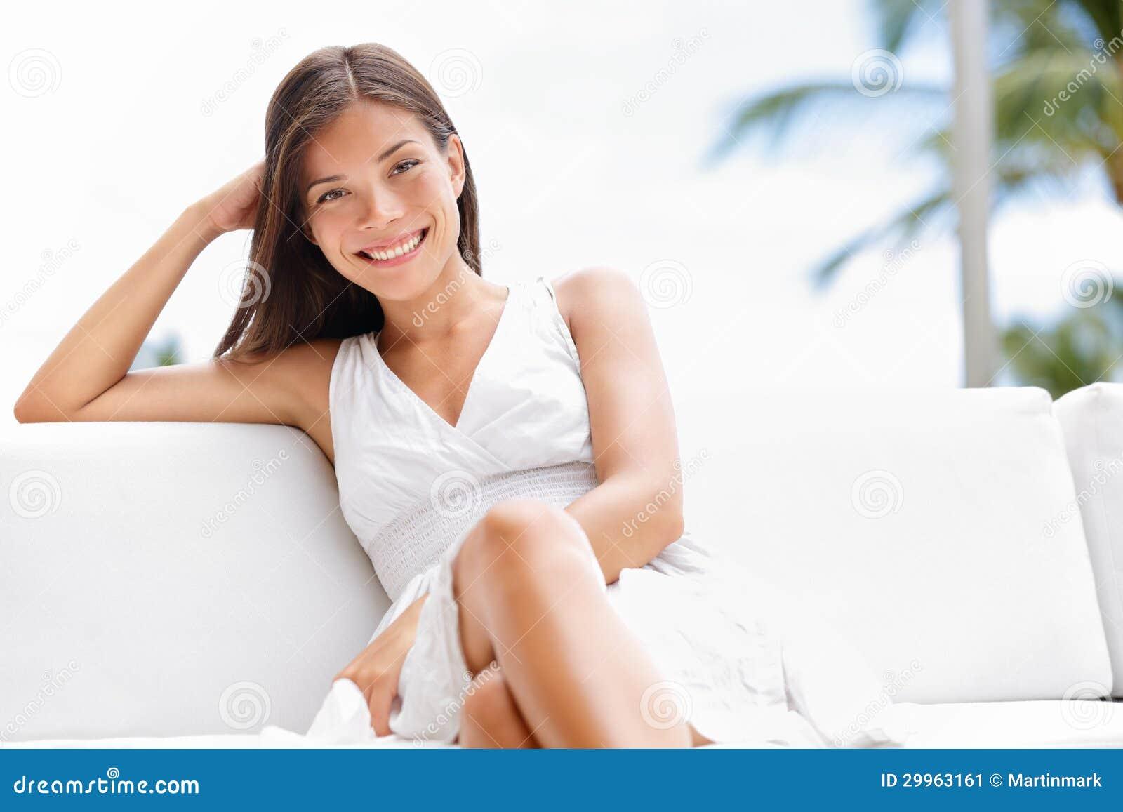 Portret młoda szczęśliwa ufna azjatykcia kobieta
