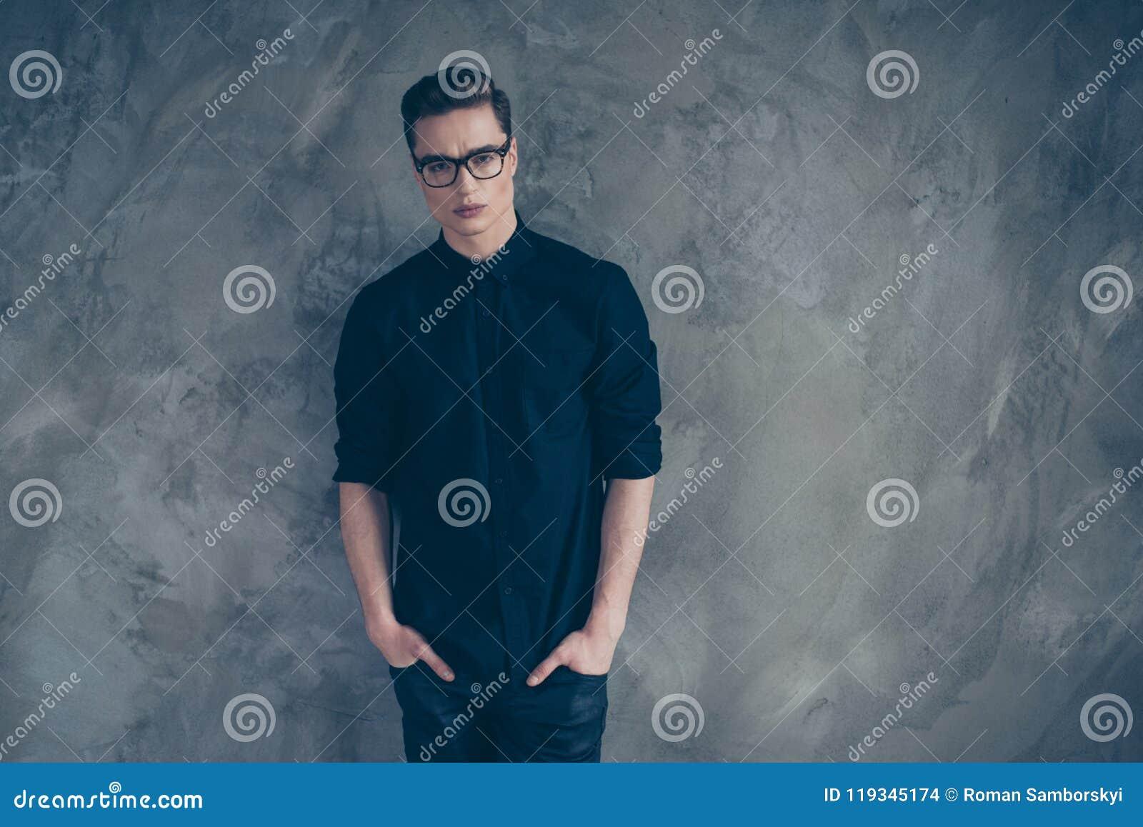 Portret młody bardzo przystojny facet w czarnych szkłach i stroju
