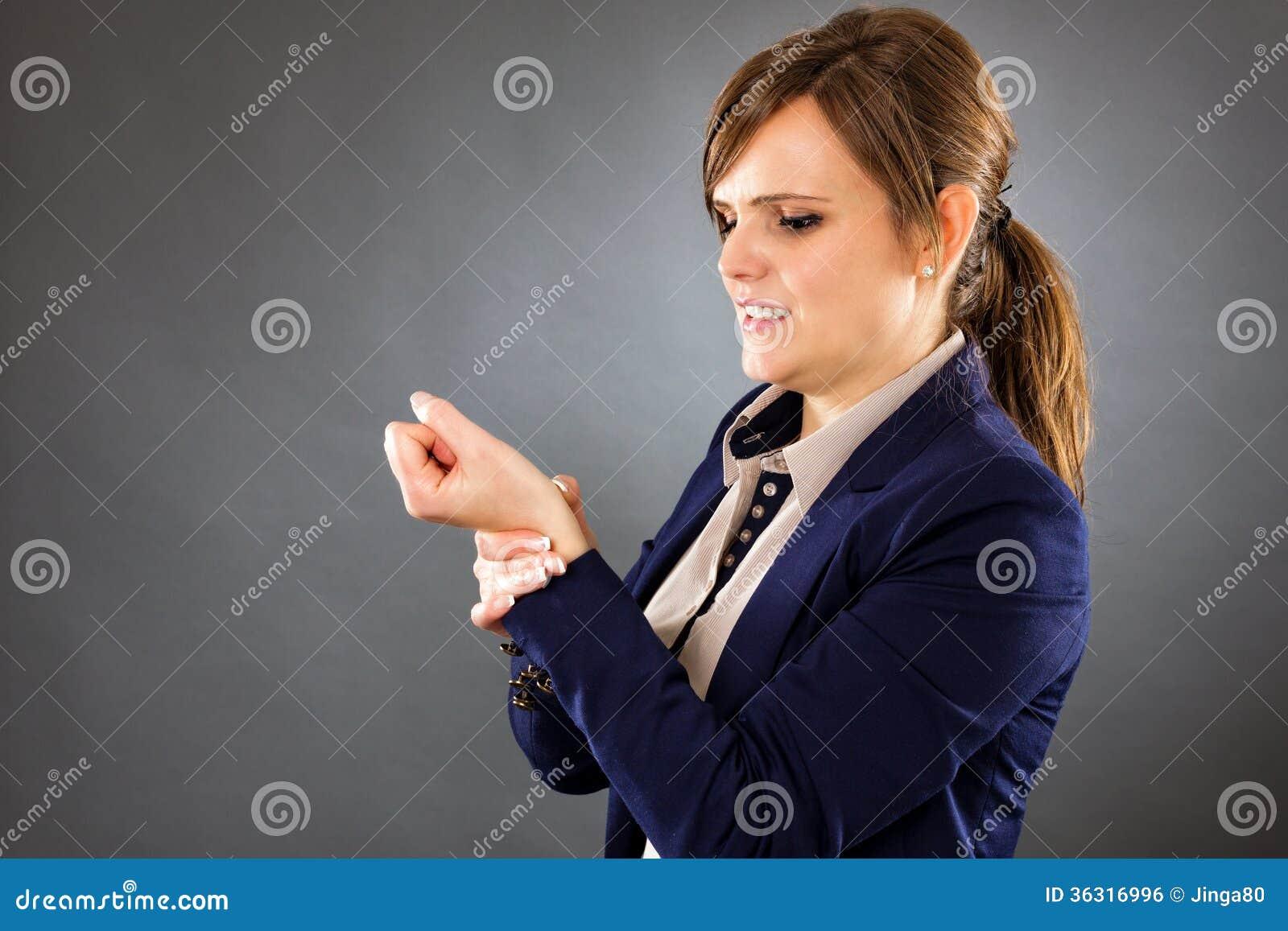 Portret młody bizneswomanu cierpienie od nadgarstku bólu