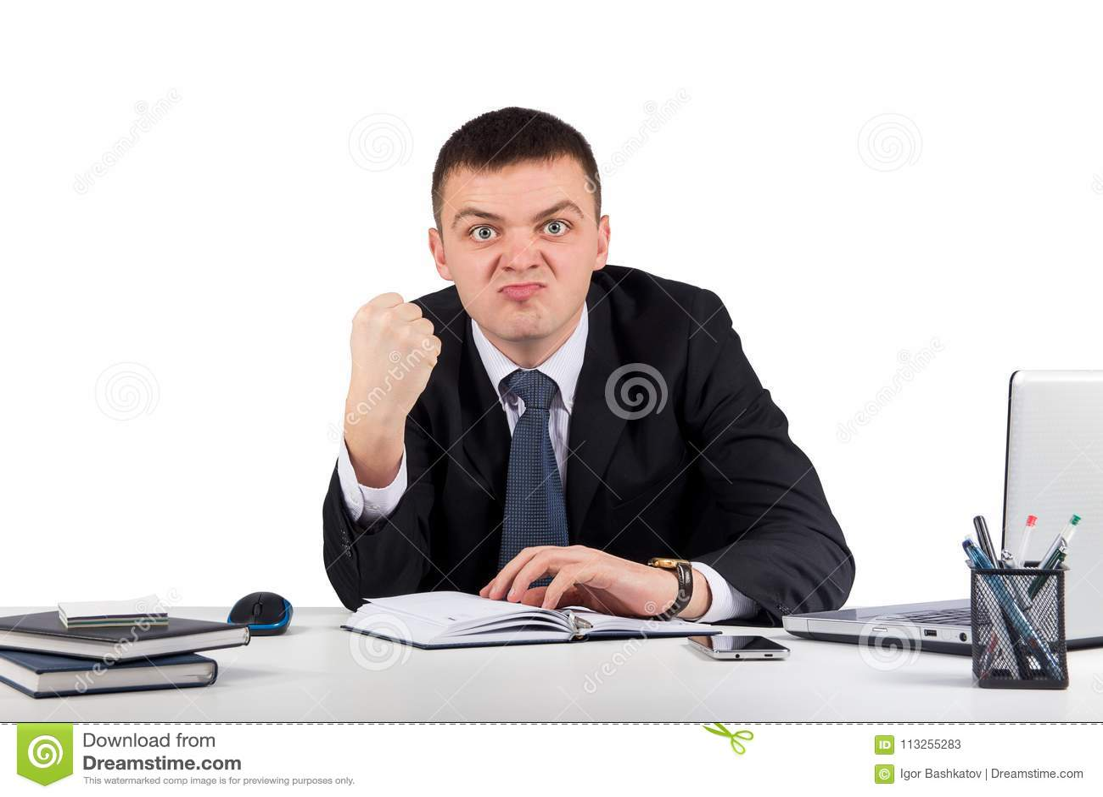 Portret młody gniewny biznesmen pokazuje ci jego pięść odizolowywającą na białym tle