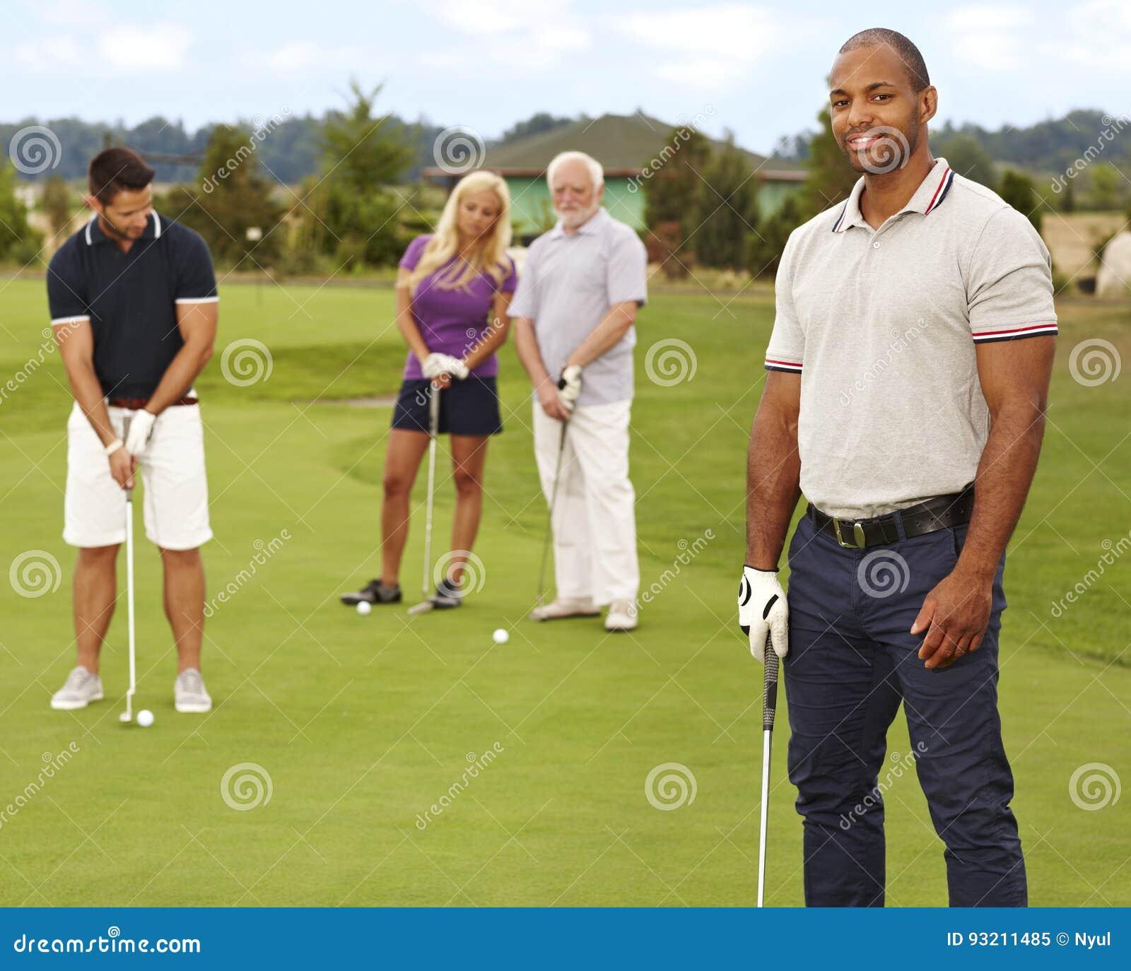 Portret młody murzyn na polu golfowym