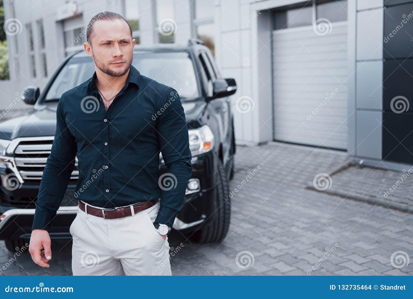 Portret młody ochroniarz blisko samochodu Wykonuje niebezpieczną pracę