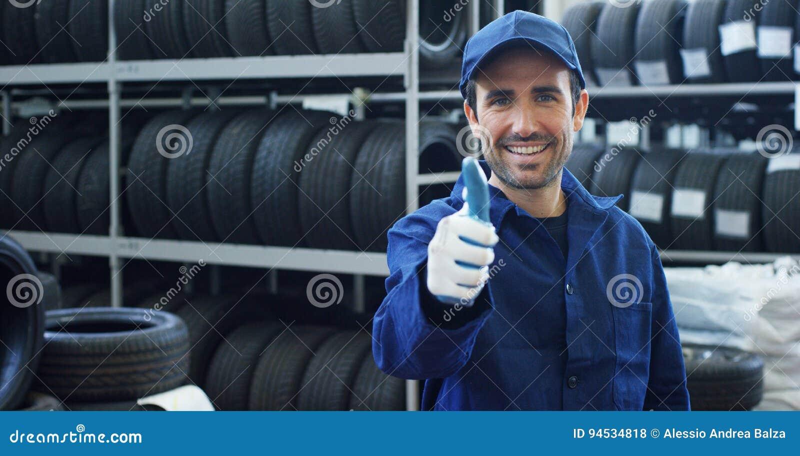 Portret młody piękny samochodowy mechanik w samochodowym warsztacie w tle samochodowa usługowa pojęcie naprawa maszyny, usterka