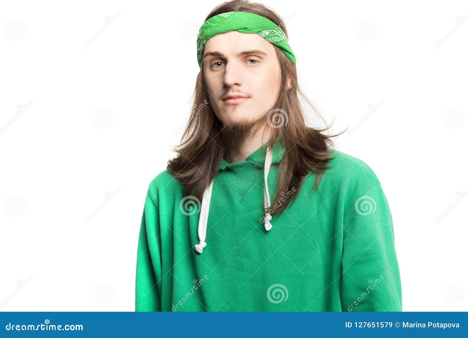 Portret młody przystojny szczęśliwy mężczyzna patrzeje kamer agains bielu tło w zielonym hoodie Styl życia i ludzie pojęć