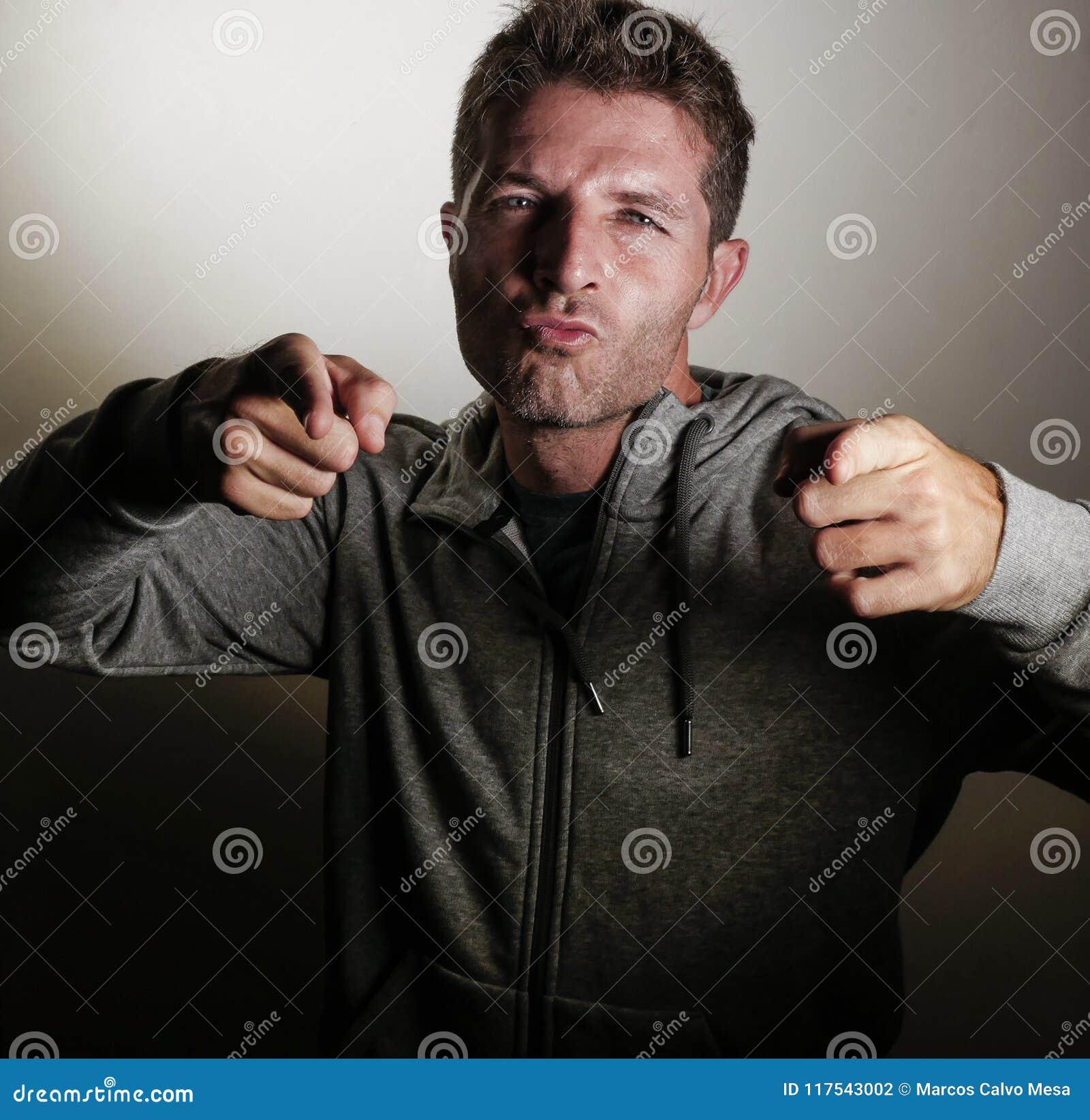 Portret młody szczęśliwy, atrakcyjny sporty mężczyzna na jego 30s wskazywać chłodno z palców ono uśmiecha się i