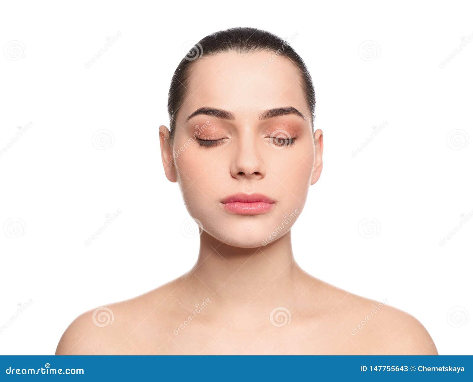 Portret m?oda kobieta z pi?kn? twarz? i naturalnym makeup na bielu