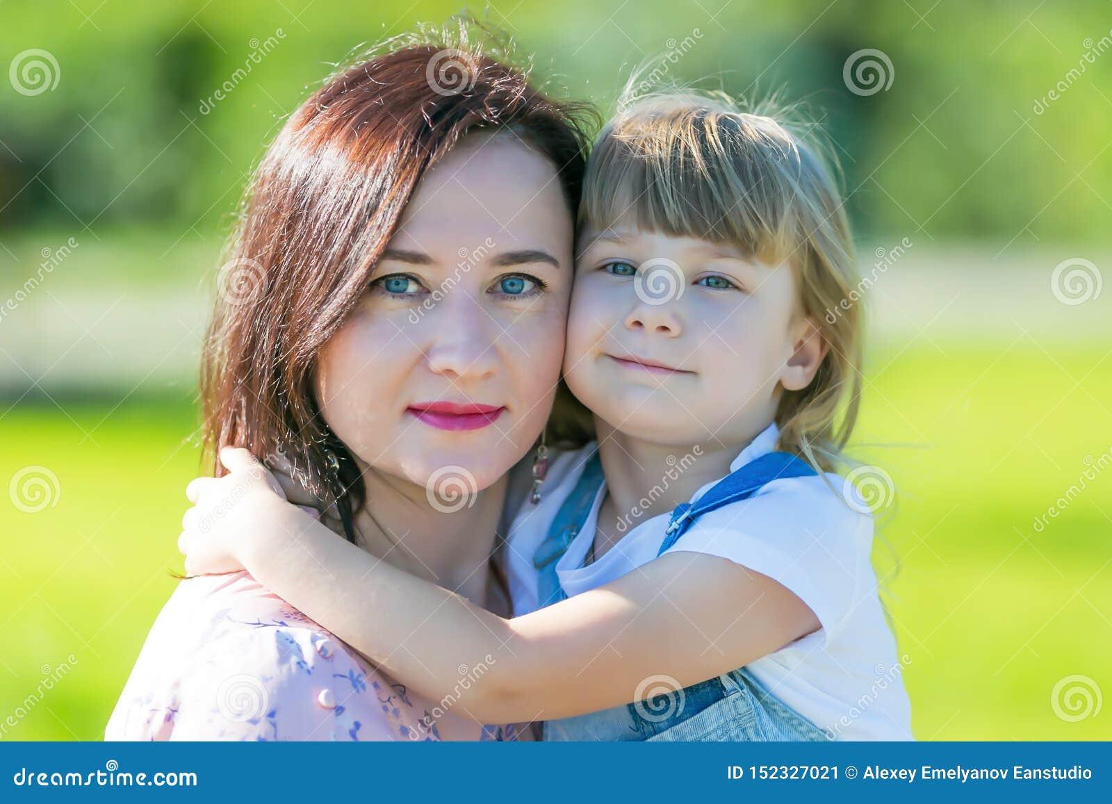 Portret m?oda matka z dzieckiem