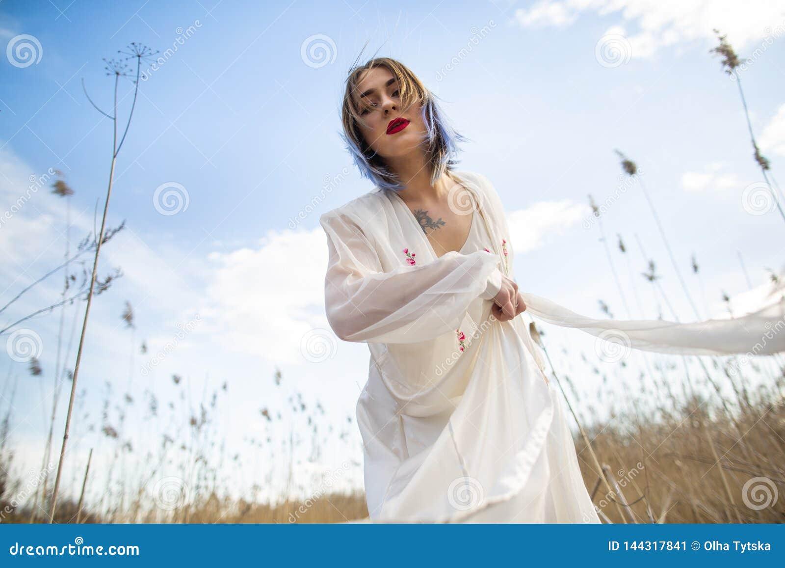 Portret m?oda pi?kna dziewczyna w bia?ej sukni w pszenicznym polu, odprowadzenie, beztroski Cieszy? si? pi?knego s?onecznego dzie