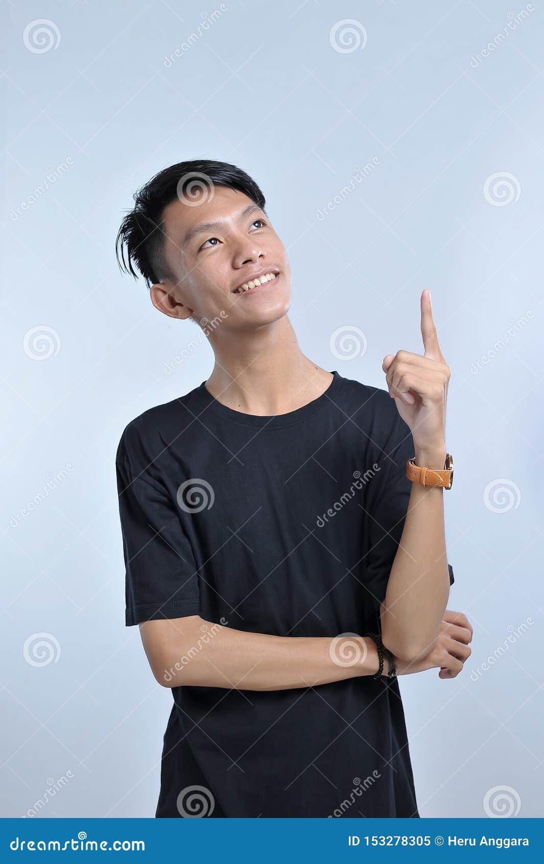 Portret m?ody azjatykci m??czyzna dostaje pomys? r?ki gest wskazywa? do kopii przestrzeni wskazujący z palcem wskazującym wielkie