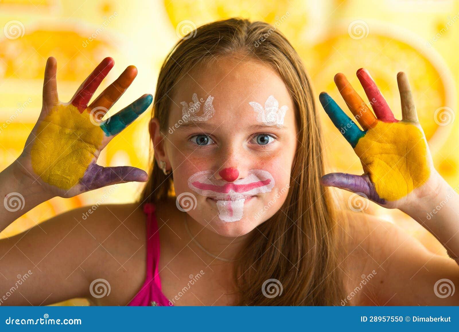 Portret mała dziewczynka - ręka malująca