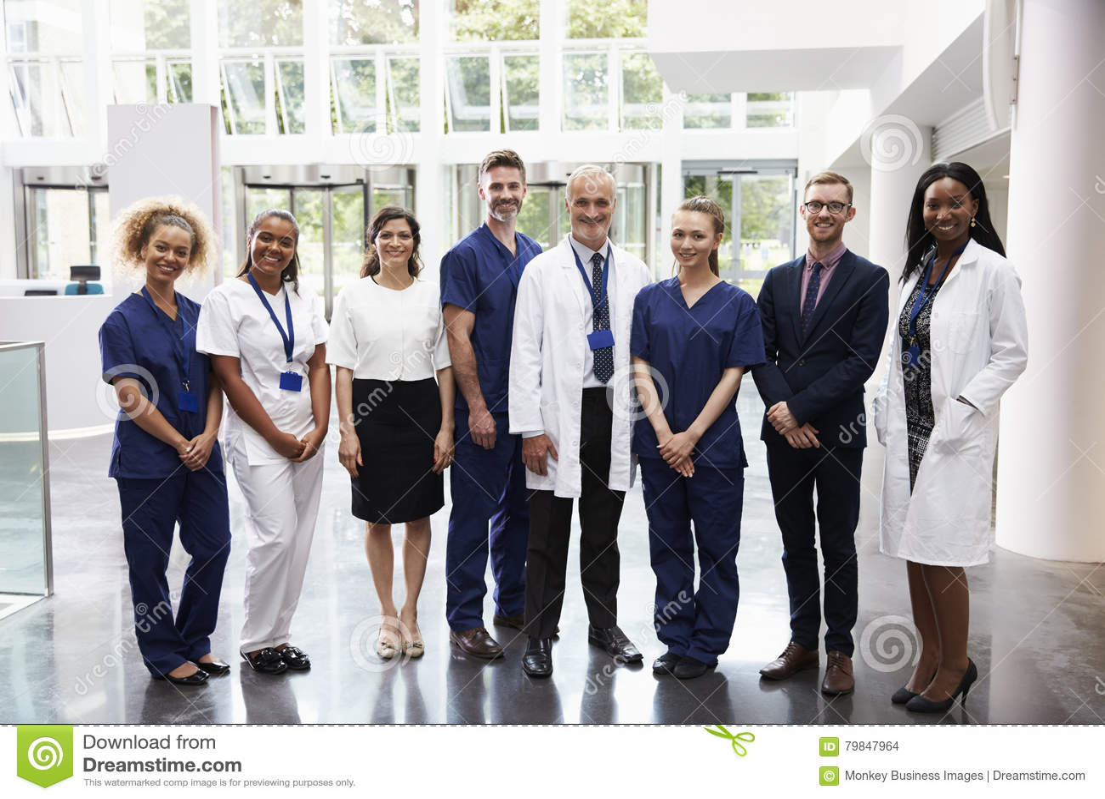 Portret Medycznego personelu pozycja W lobby szpital