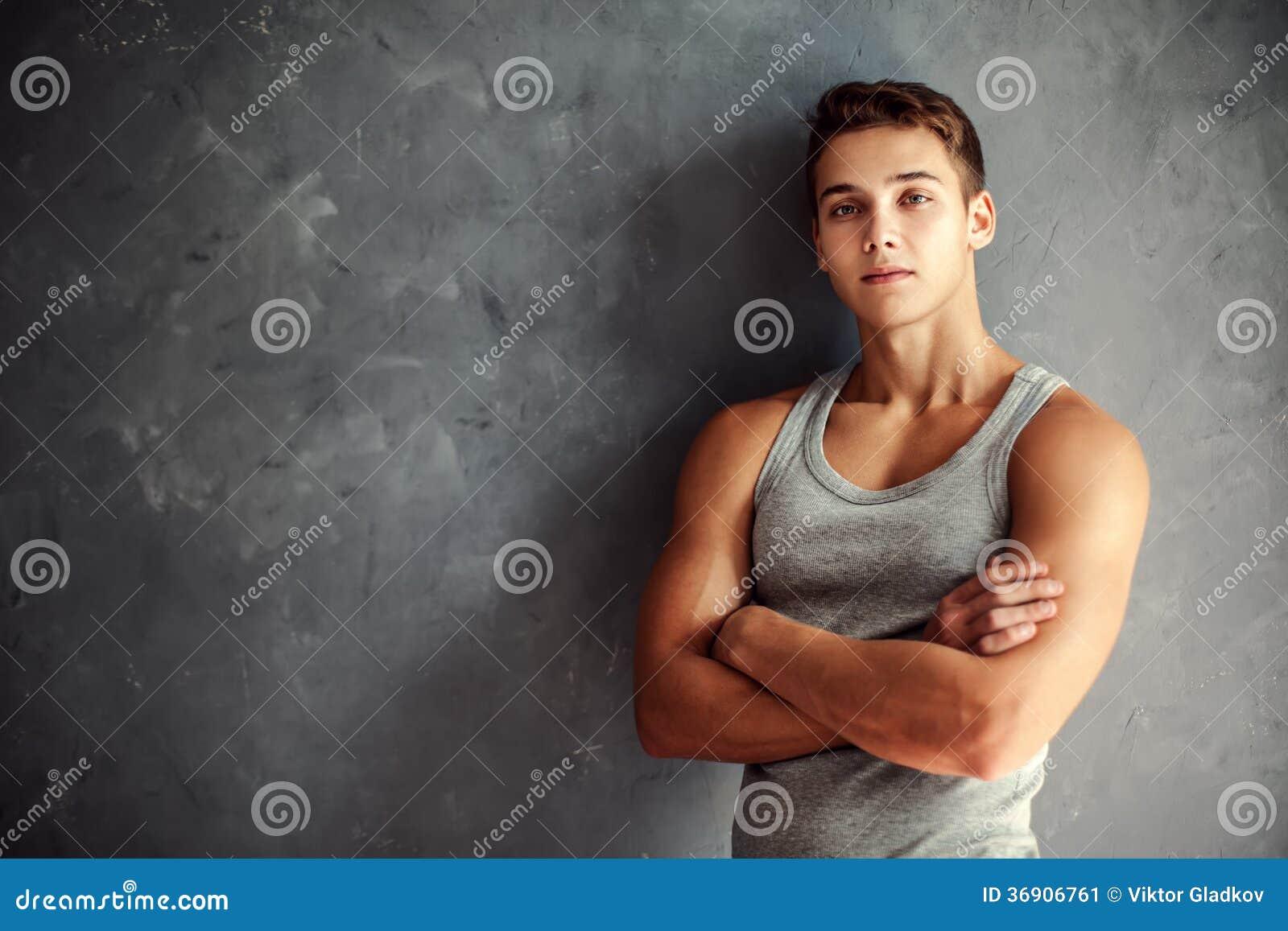 Portret mięśniowy młody przystojny mężczyzna