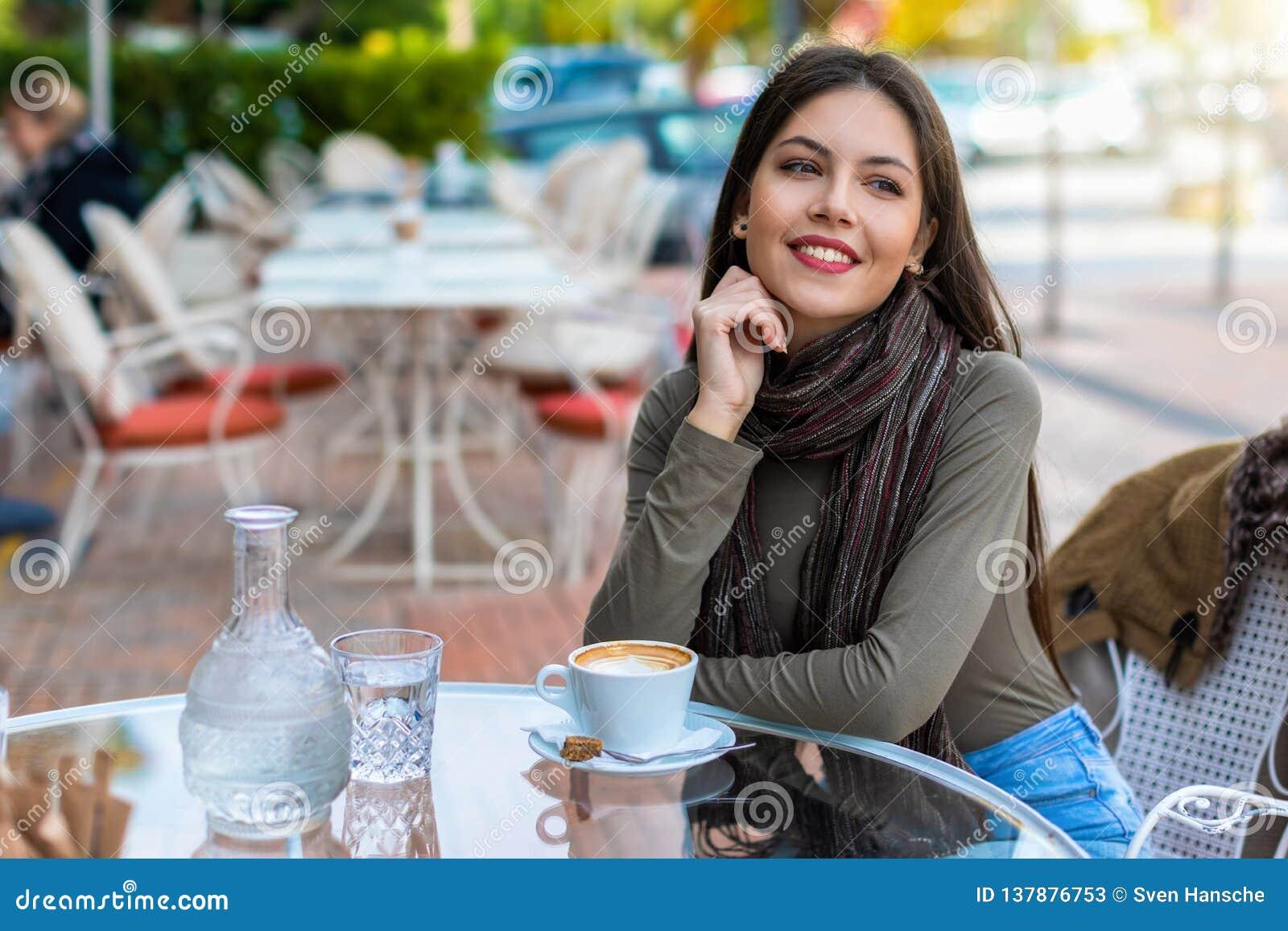 Portret miasto kobiety obsiadanie w kawiarni
