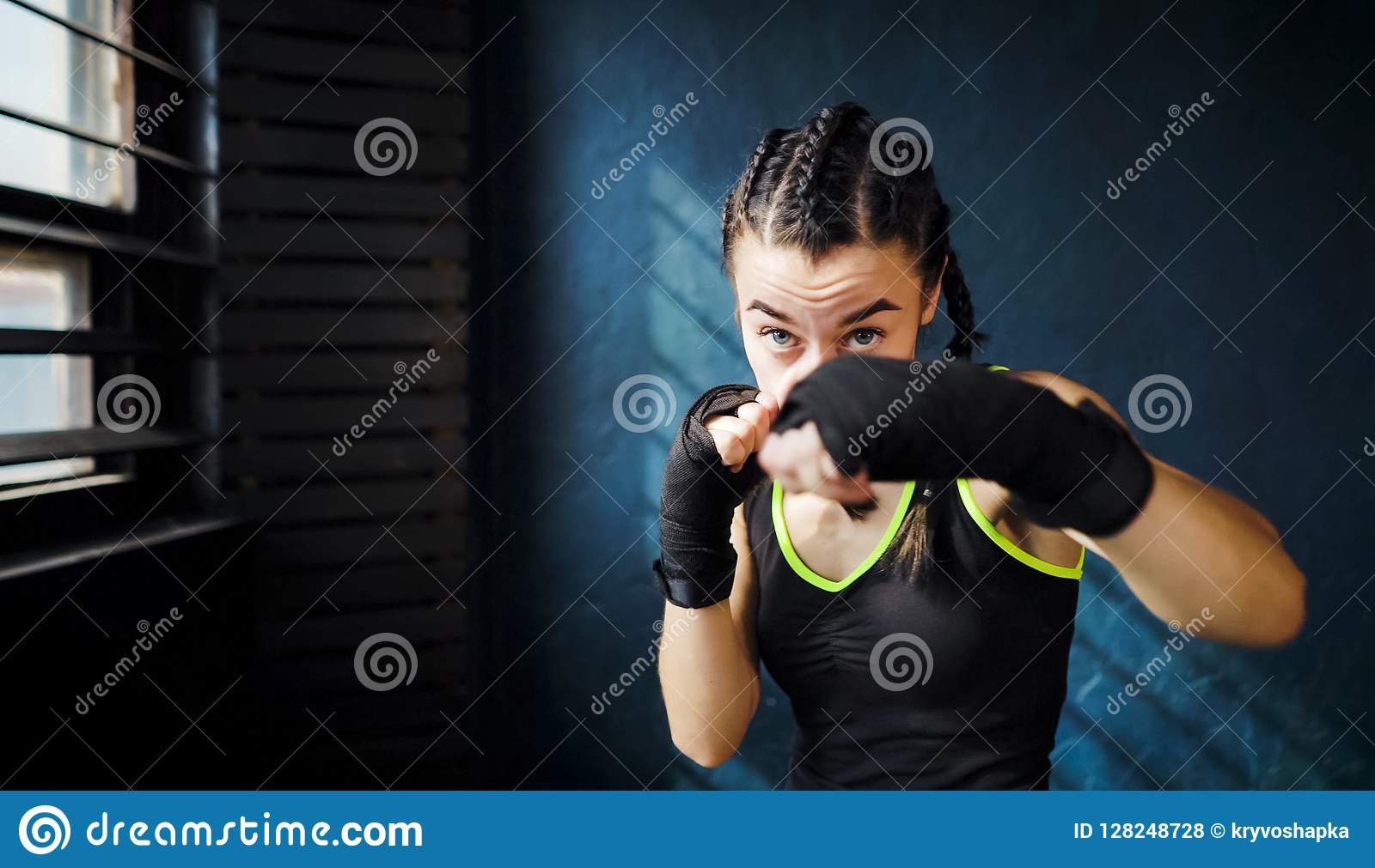 Portret mooi jong in dozen doend vrouw opleidingsponsen in gymnastiek vrije ruimte, copyspace