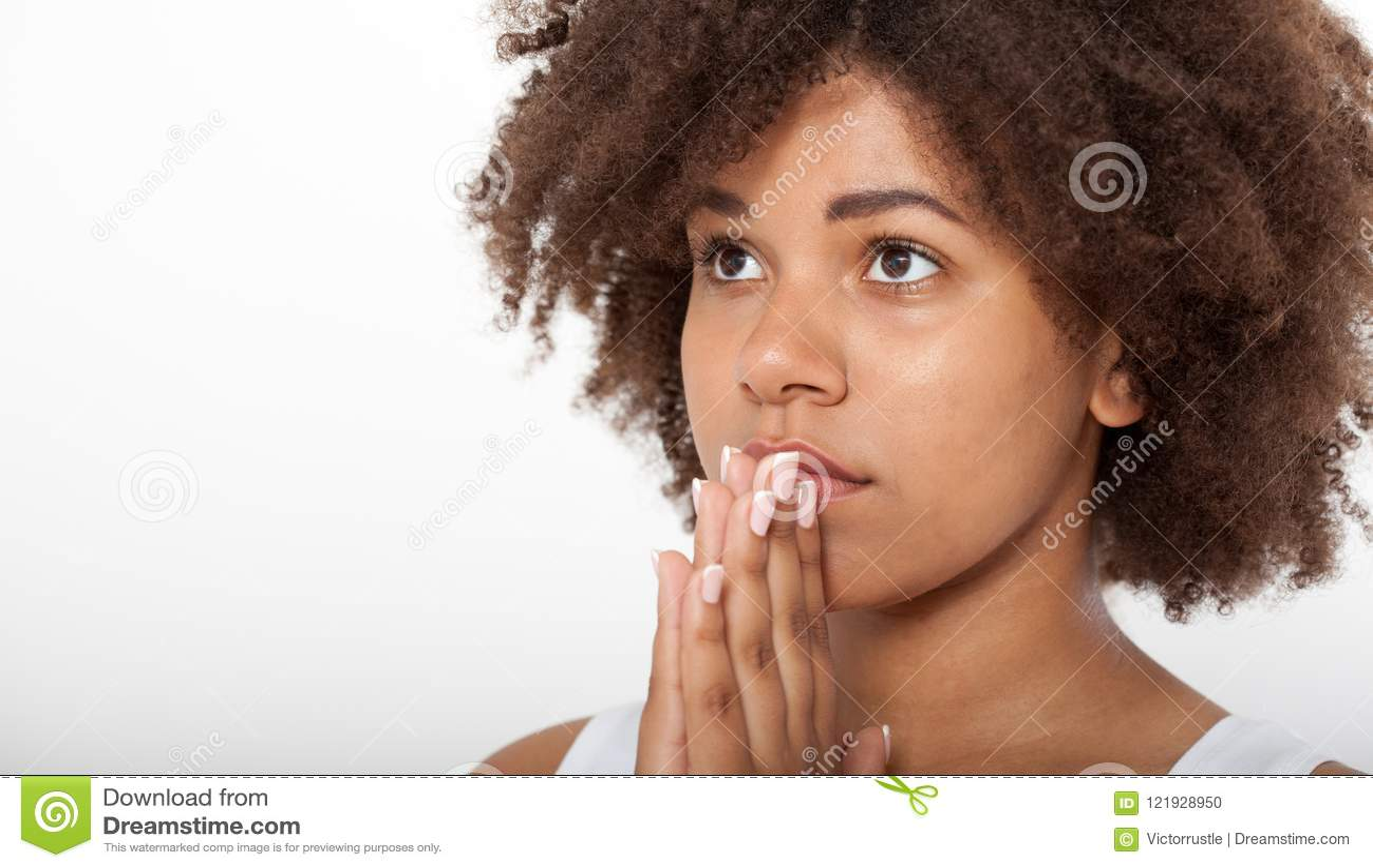 Portret mooi zwarte die, jong meisje met haar handen, close-upuitdrukking samen bidden Godsdienstgeloof en