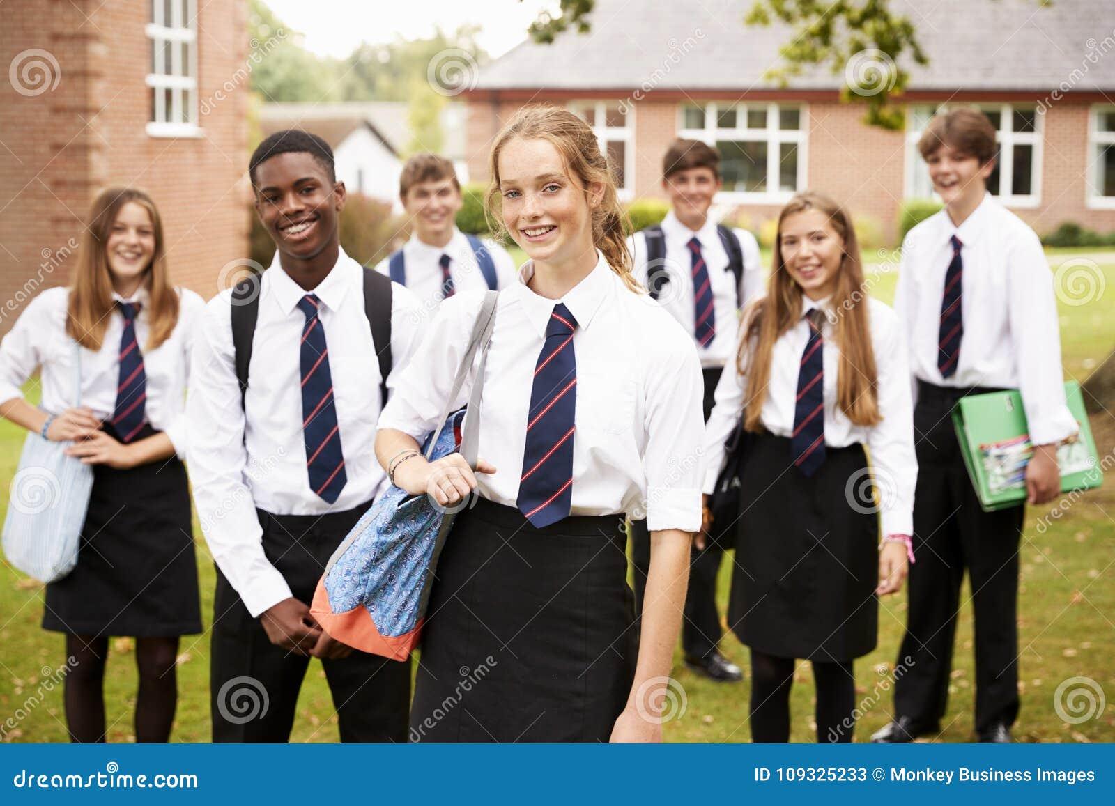 Portret Nastoletni ucznie W Jednolitych Outside budynkach szkoły