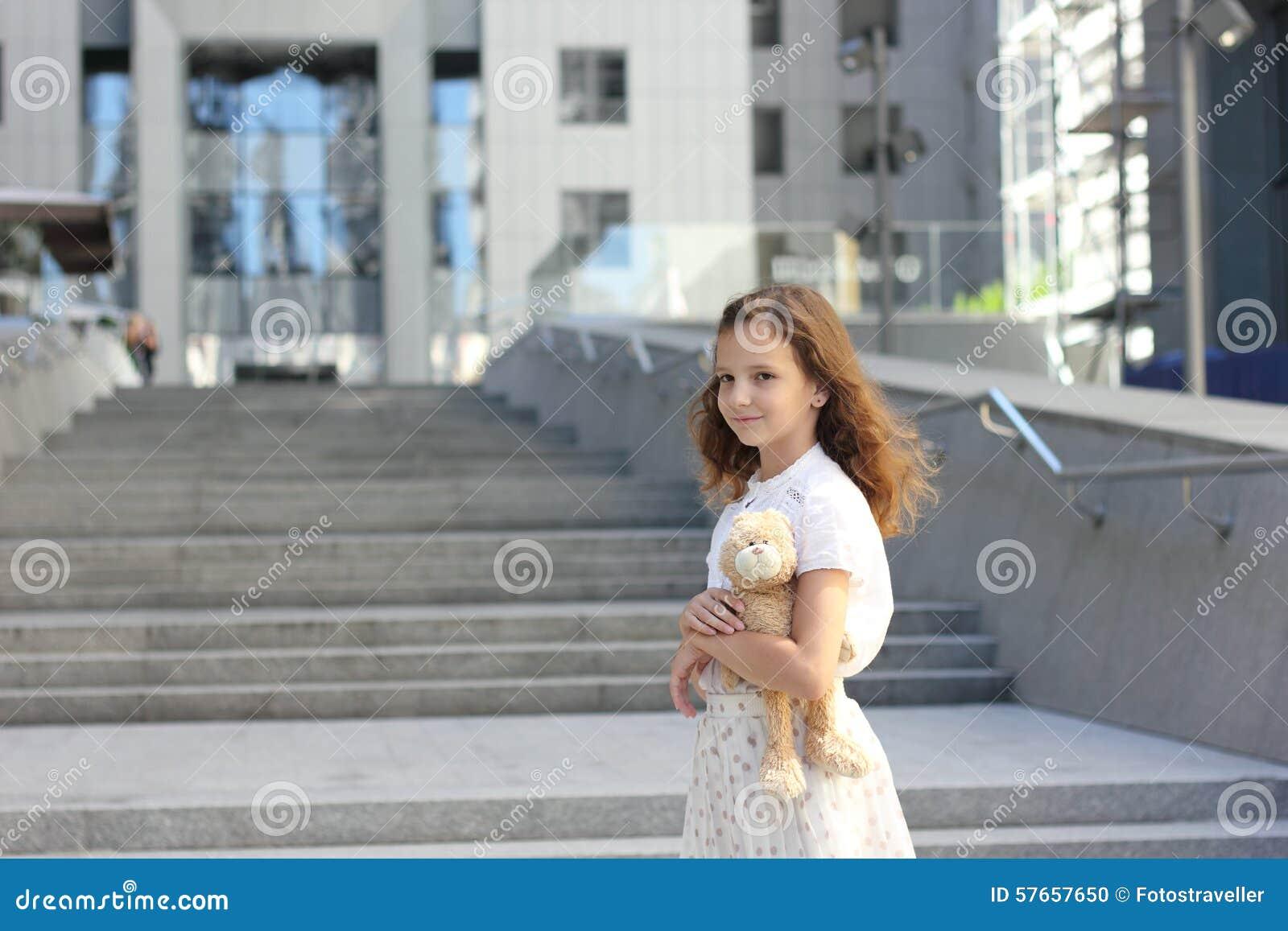 Portret nastoletnia dziewczyna z zabawką